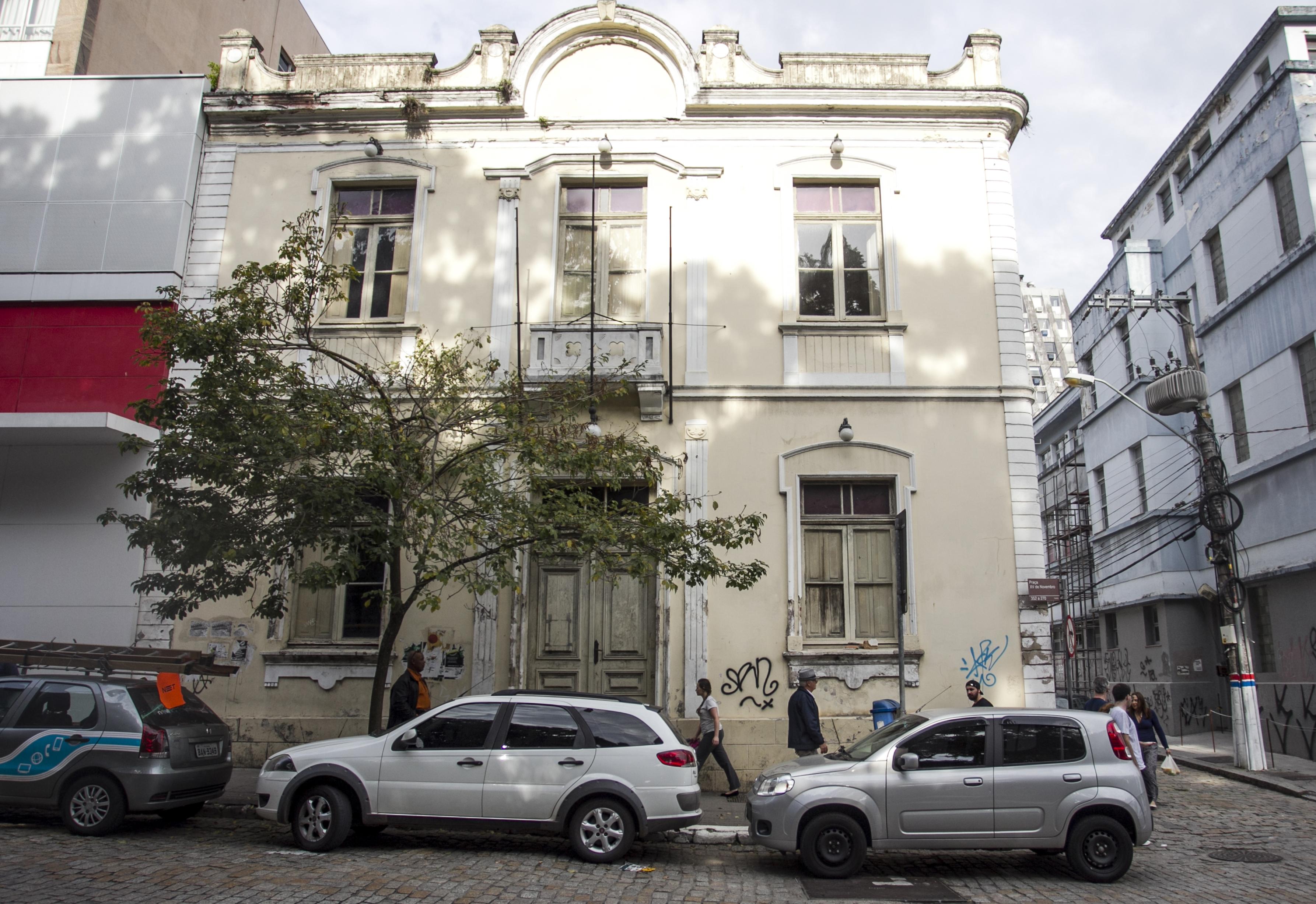Fechado desde 2012, casarão tombado pelo município está pichado e reboco caindo sobre a calçada - Marco Santiago/ND