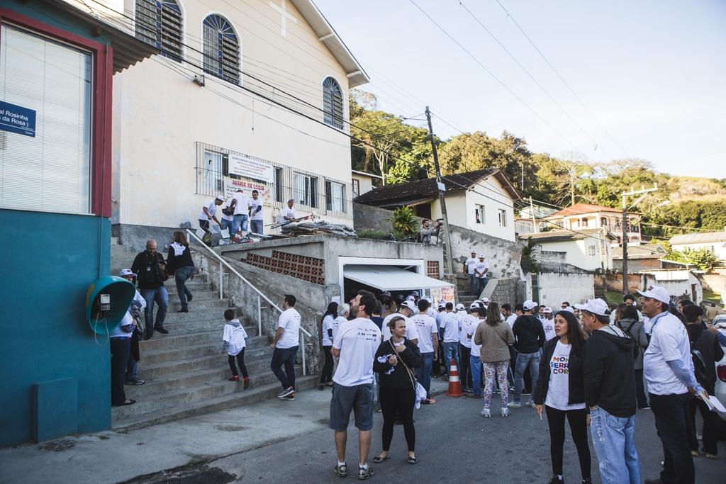 O projeto Monte Serrat Cor estreou na manhã deste sábado e reuniu mais de 100 voluntários - Daniel Queiroz/ND