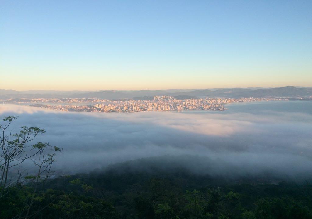 O nevoeiro cobriu Florianópolis no começo da manhã desta sexta-feira - Viviane de Gênova/ND