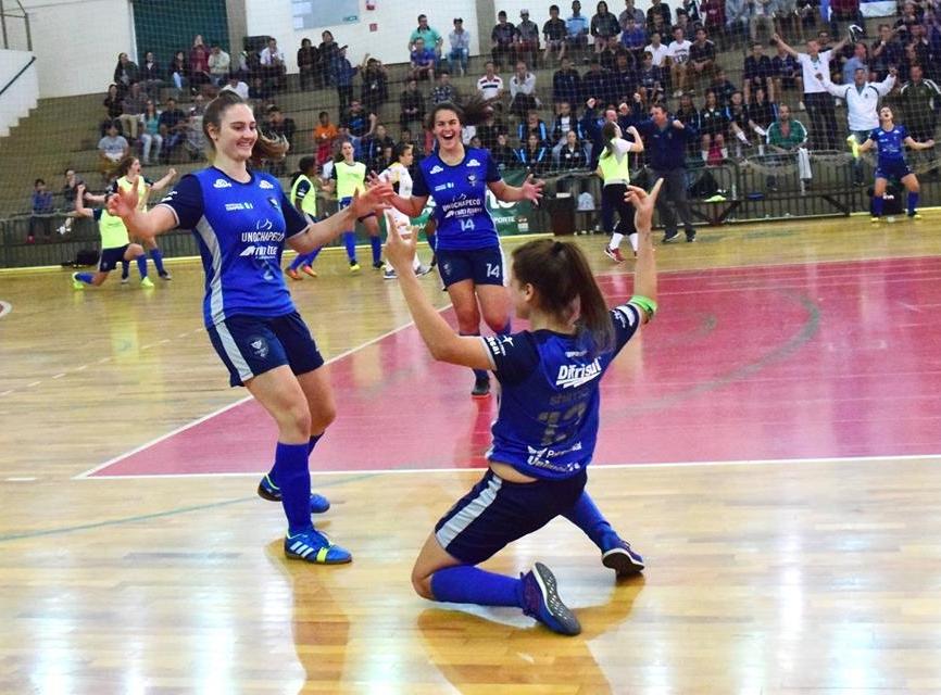 Futsal feminino da Chapecó comemora vitória - Heron Queiroz/Fesporte/Divulgação/ND