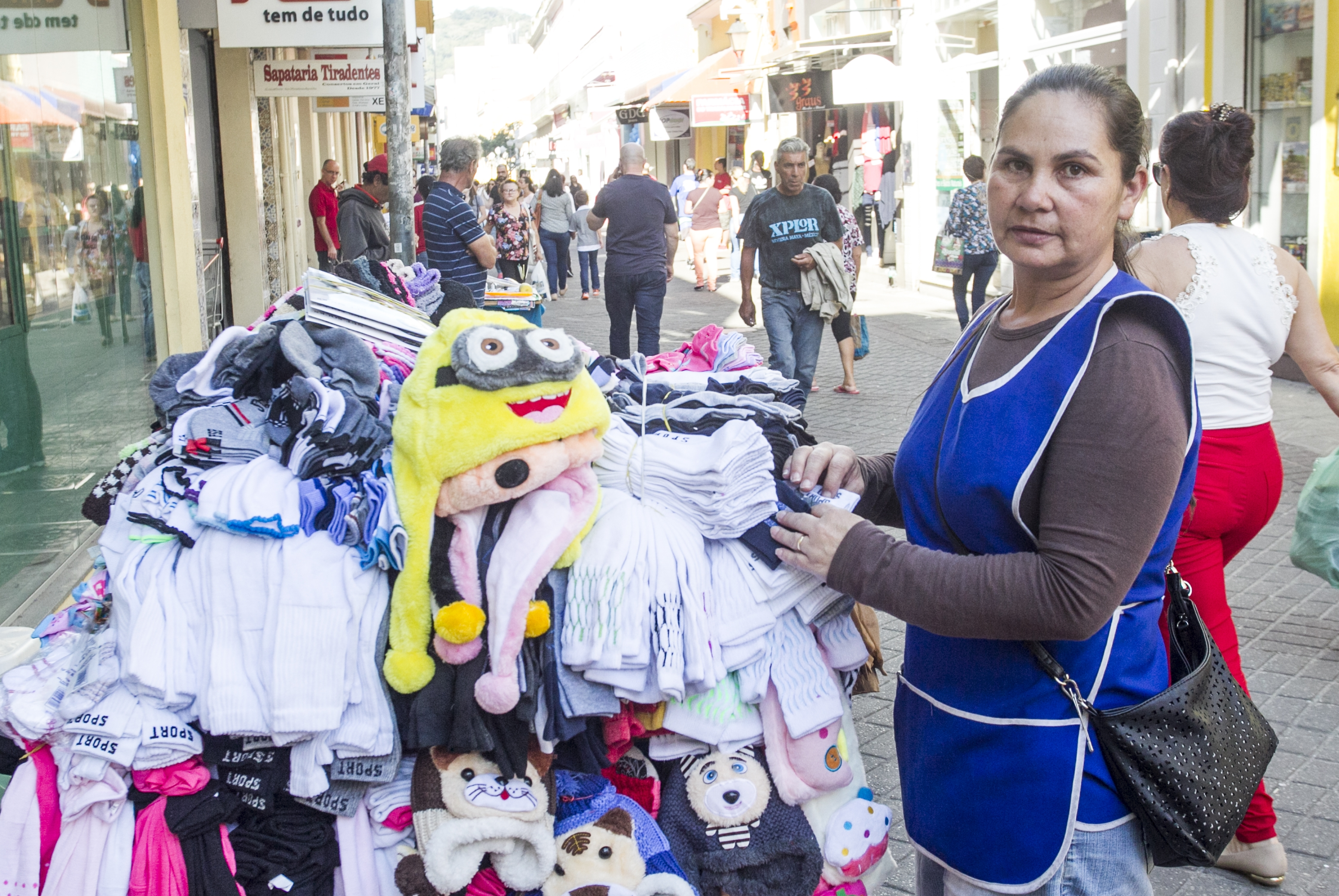 Vilma Pinheiro, que trabalha há 17 anos como ambulante, também está preocupada com os outros vendedores - Marco Santiago/ND