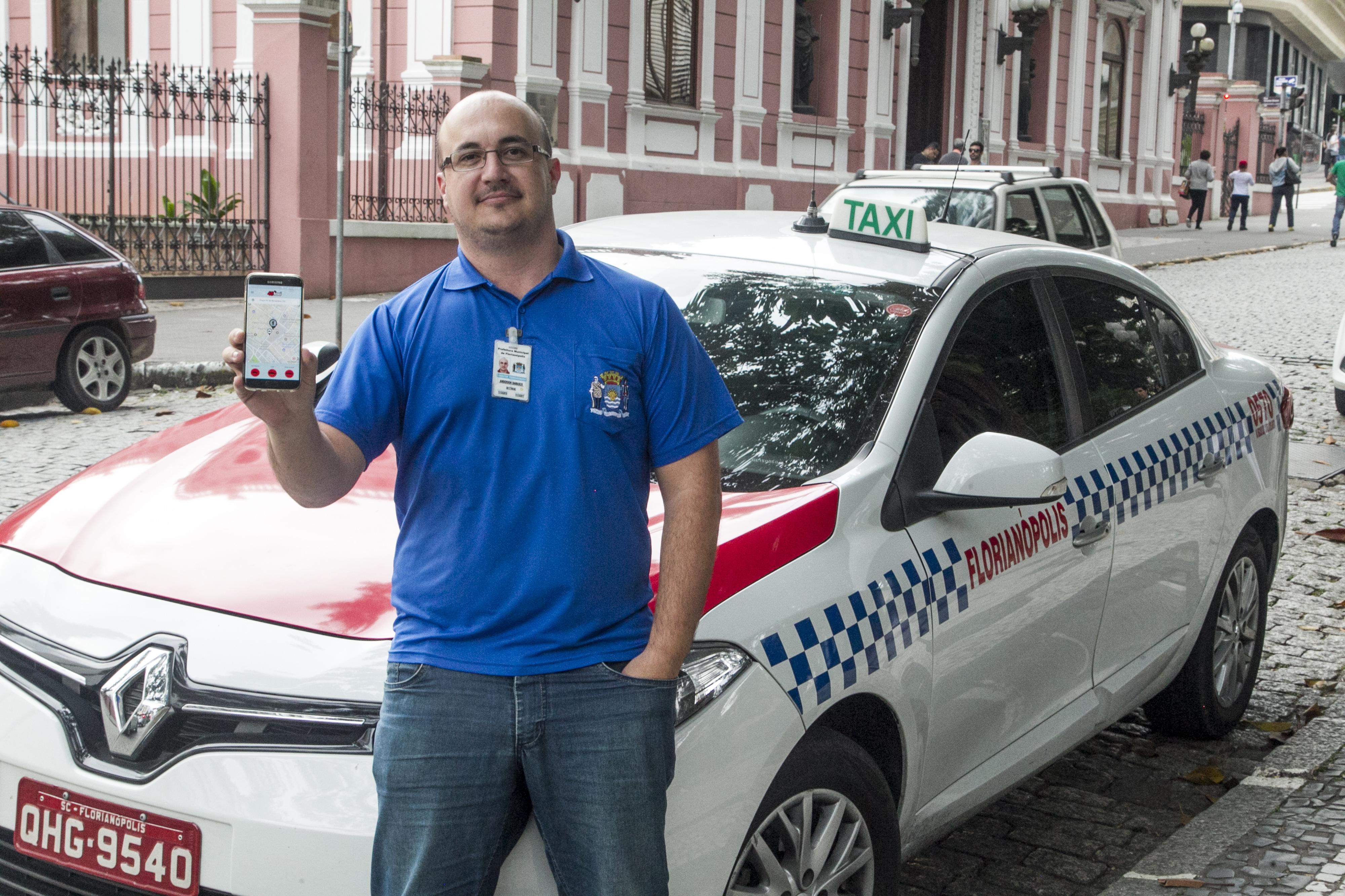 O taxista Anderson Damasco já utiliza o aplicativo 48Taxi - Marco Santiago/ND