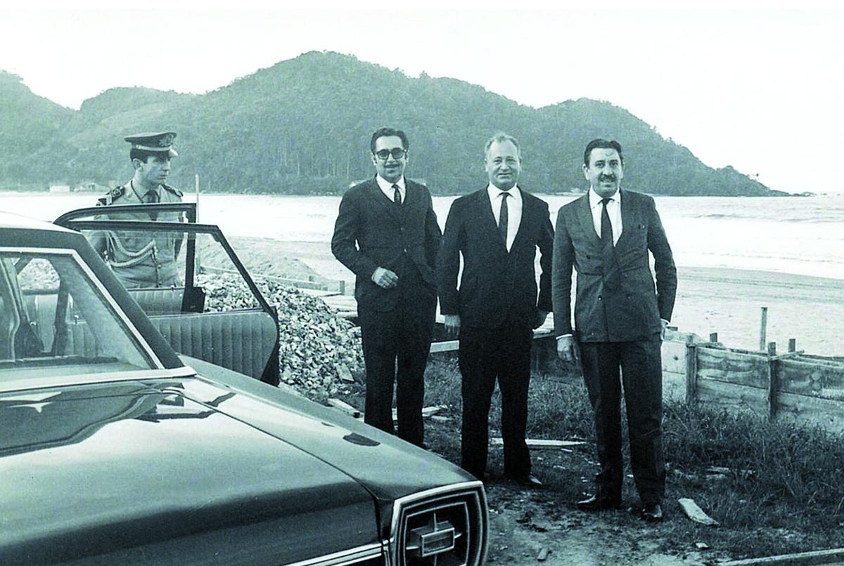 Higino João Pio, entre o deputado estadual Nilton Kucker e o governador Ivo Silveira, em registro de 1966, na Praia Central de Balneário Camboriú - Reprodução/ND