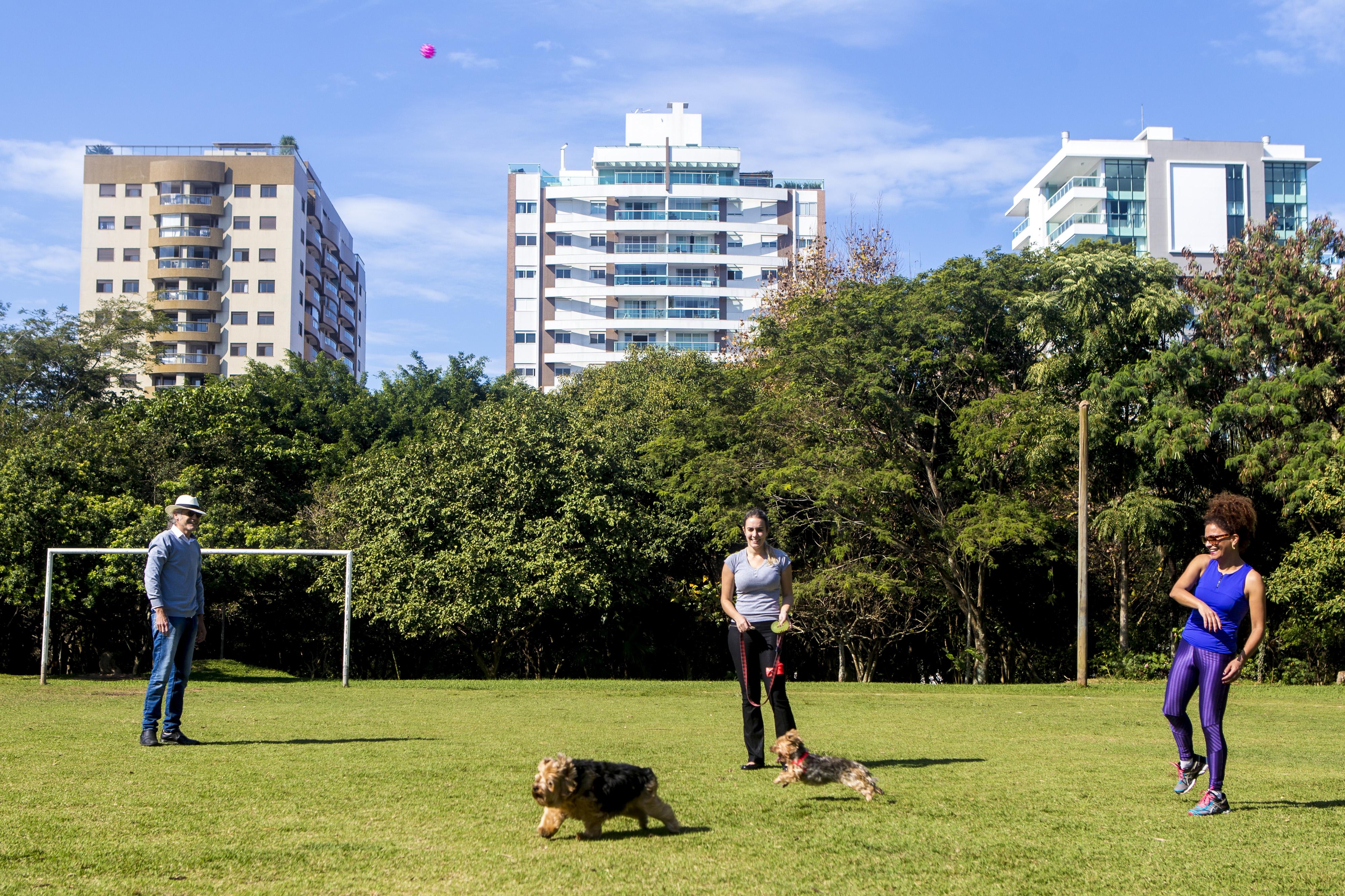 Moema (à dir.)  vai ao Parque  da Luz sem carteira e celular para brincar com a cadela Gigi - Flávio Tin/ND
