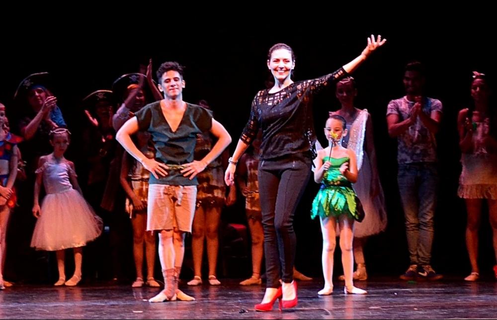 Coreógrafa Ana Garvik, ao lado do bailarino Anderson Anversi, recebe os aplausos pela direção do espetáculo