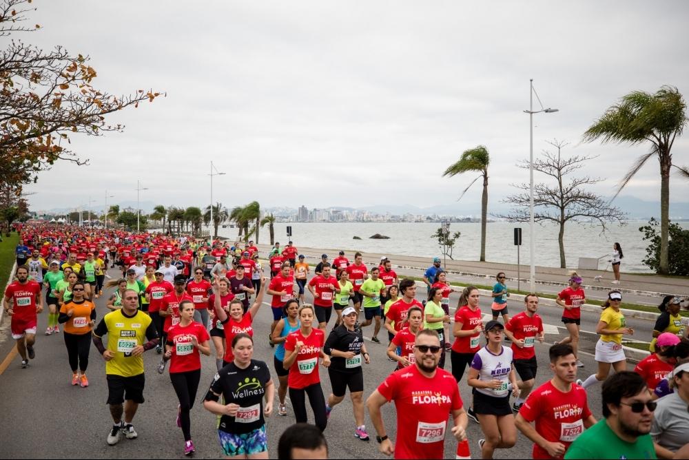 Maratona Internacional de Florianópolis levou 6 mil competidores para as ruas da Capital - Gabriel Heusi/Heusi Action/Divulgação/ND