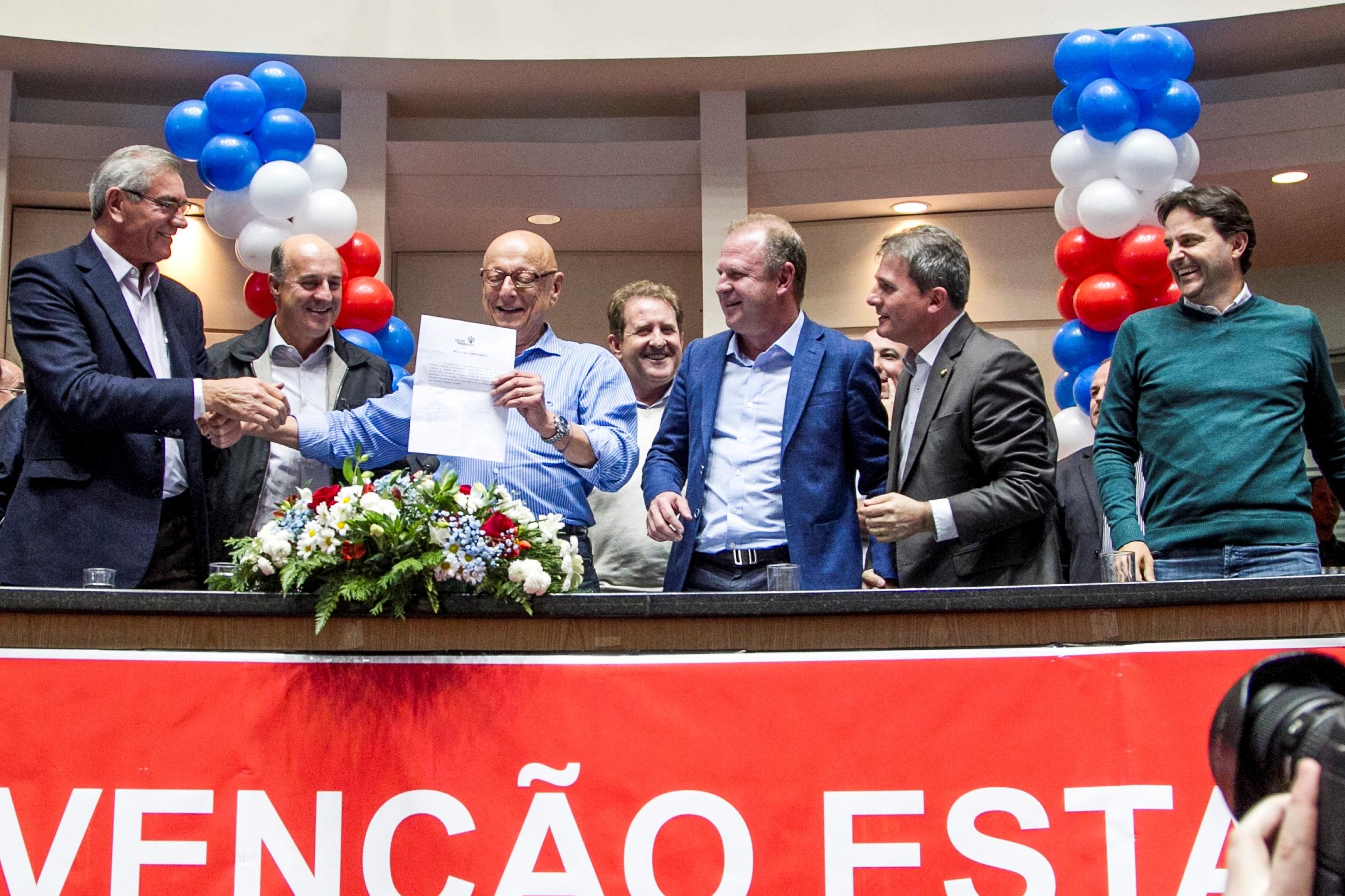Dreveck e Amin mostram documento em apoio à aliança com o PSD de Merisio, já fechado com o PSB - Marco Santiago/ND