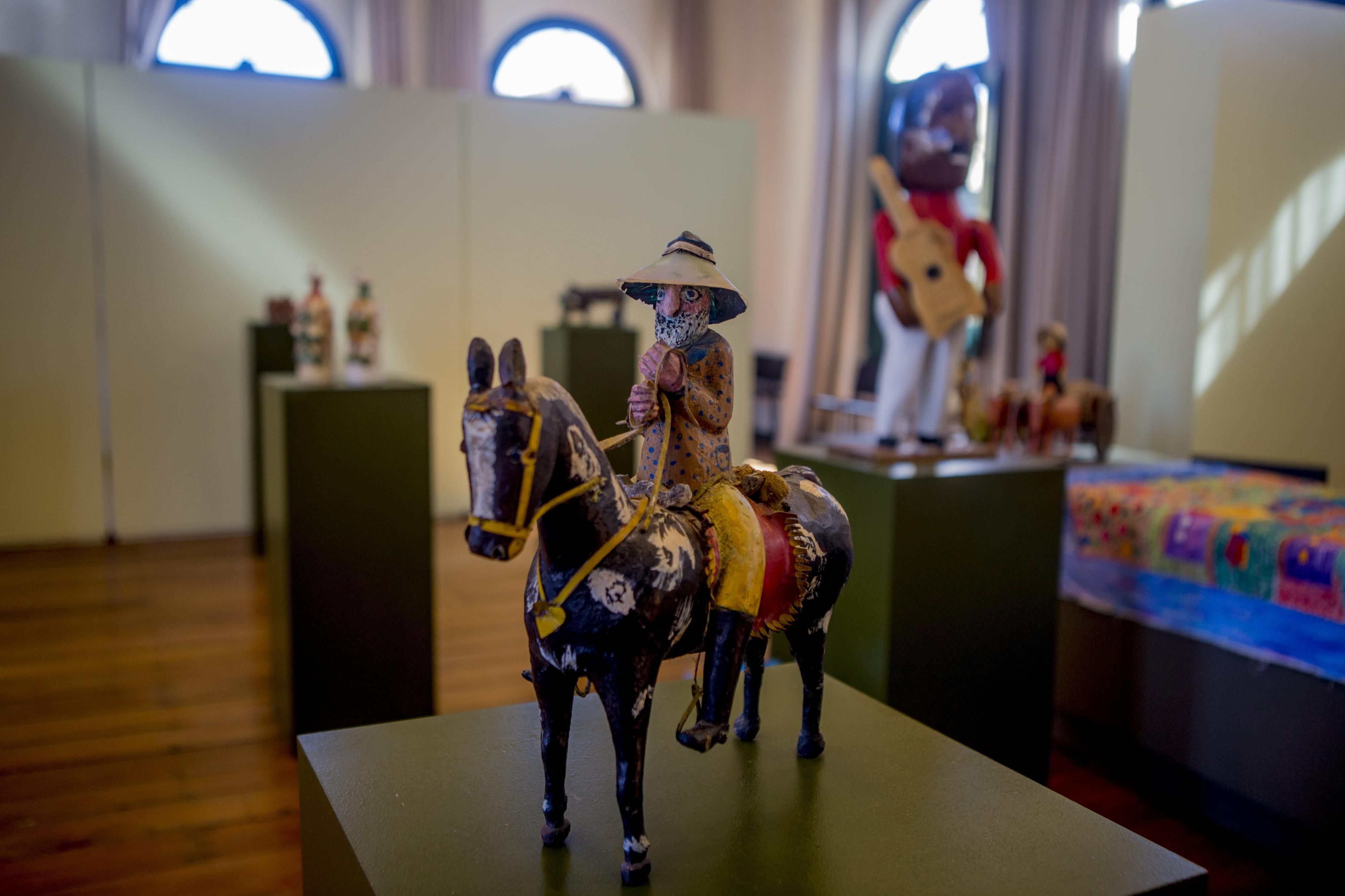 A exposição de estreia da nova galeria da Capital possui modelagem em argila, esculturas esculpidas em madeira e papel machê, além de pinturas multicoloridas - Flávio Tin/ND