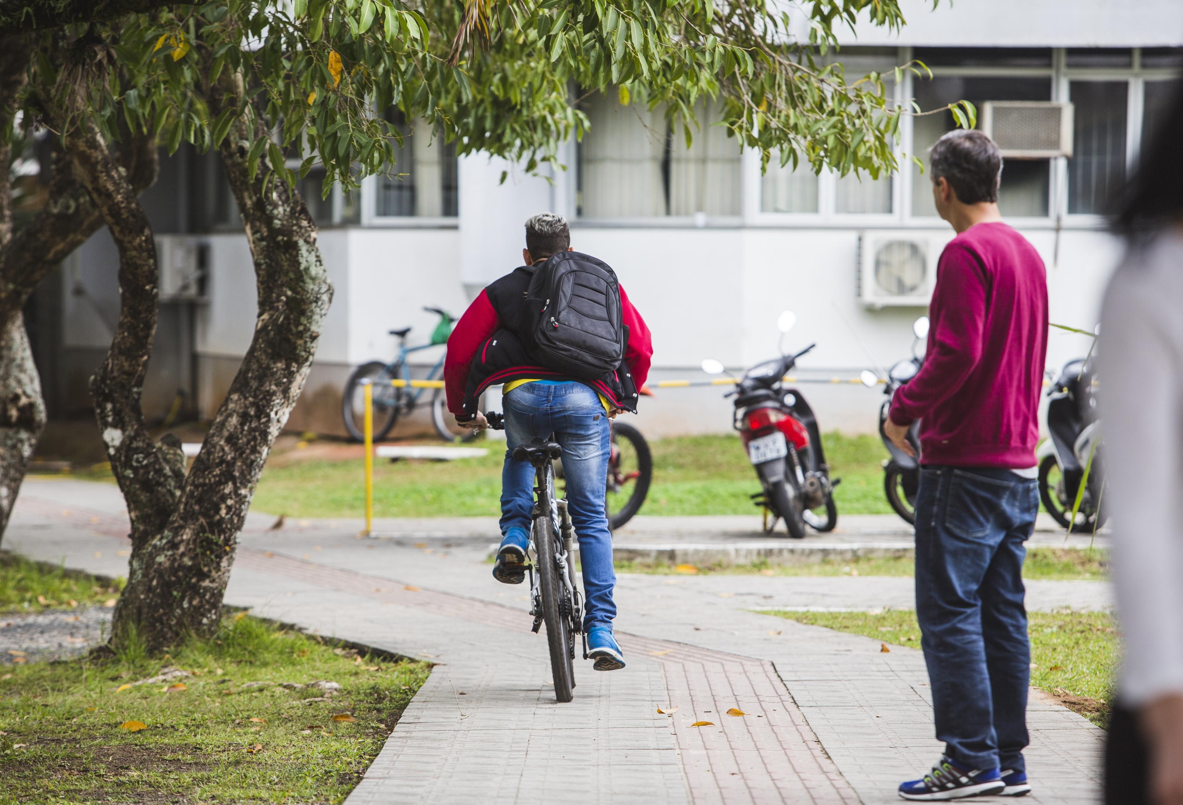 Paulo Rogério utiliza a bicicleta para ir à UFSC - Daniel Queiroz/ND