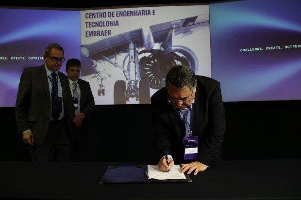 Governador assinou a parceria com a Embraer - James Tavares/Divulgação/ND