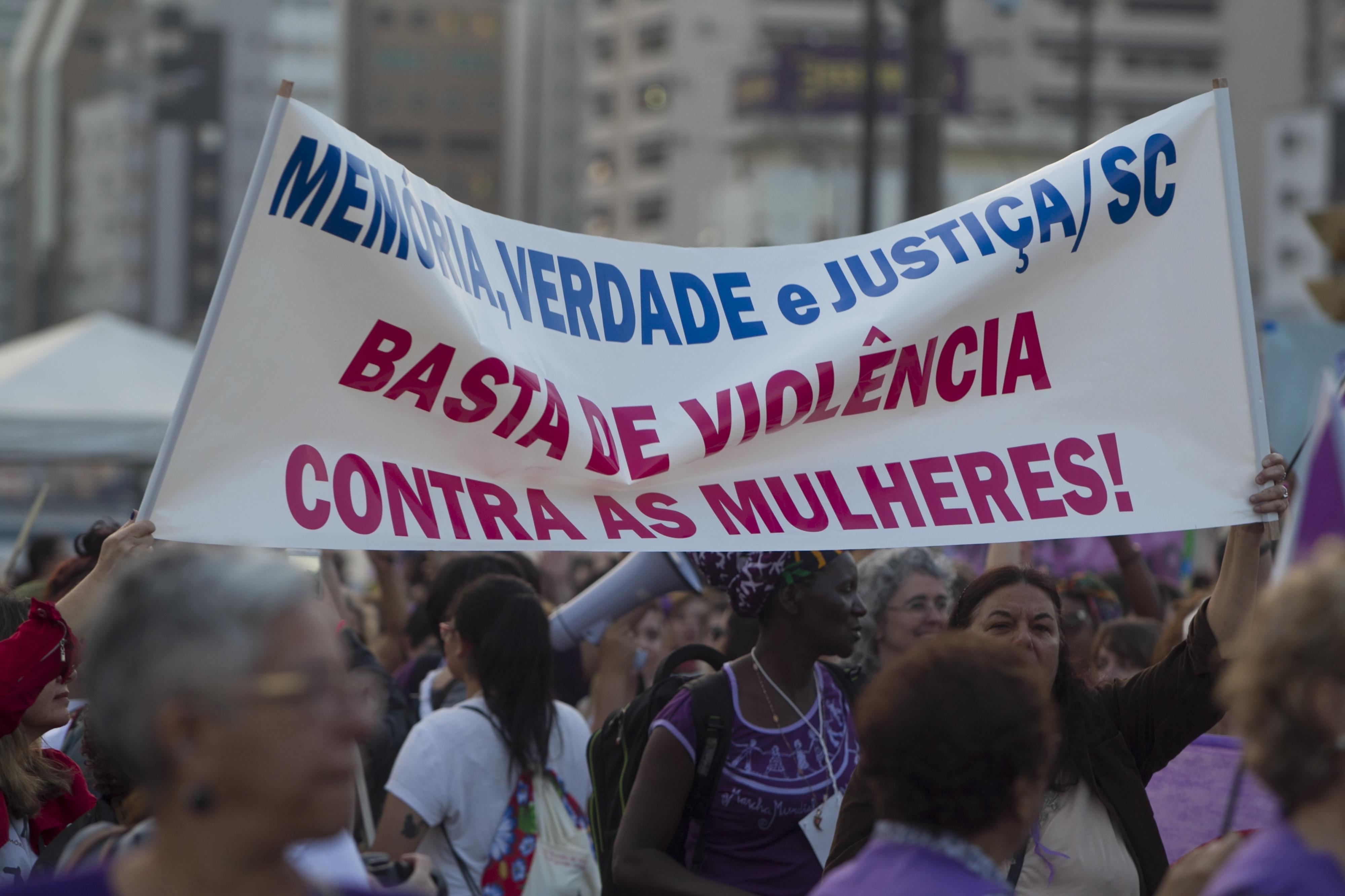 As mulheres caminharam pelas principais ruas de Florianópolis - Marco Santiago/ND