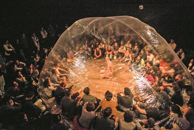 """Dança-instalação """"DNA de Dan"""", do ator Maikon K, foi apresentada no Ceart na última terça, dentro do festival Palco Giratório Sesc - Marco Santiago/ND"""