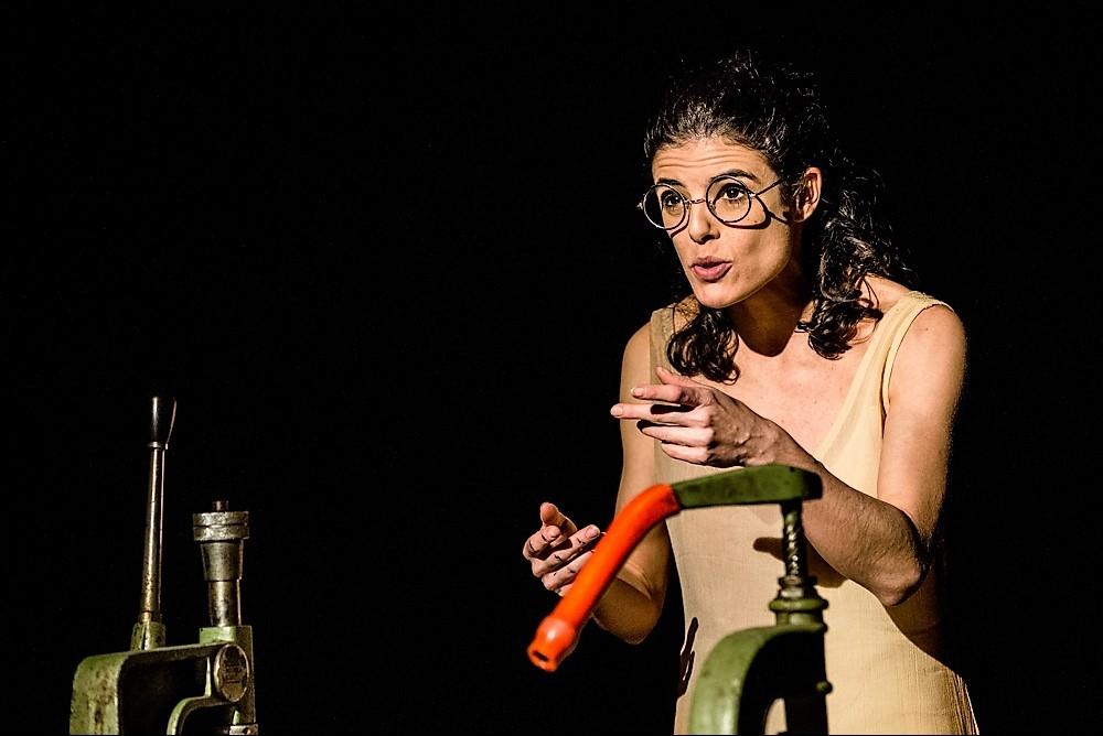 A rotina desgastante dos operários nas fábricas é tema do espetáculo - Livia Simardi/Divulgação/ND