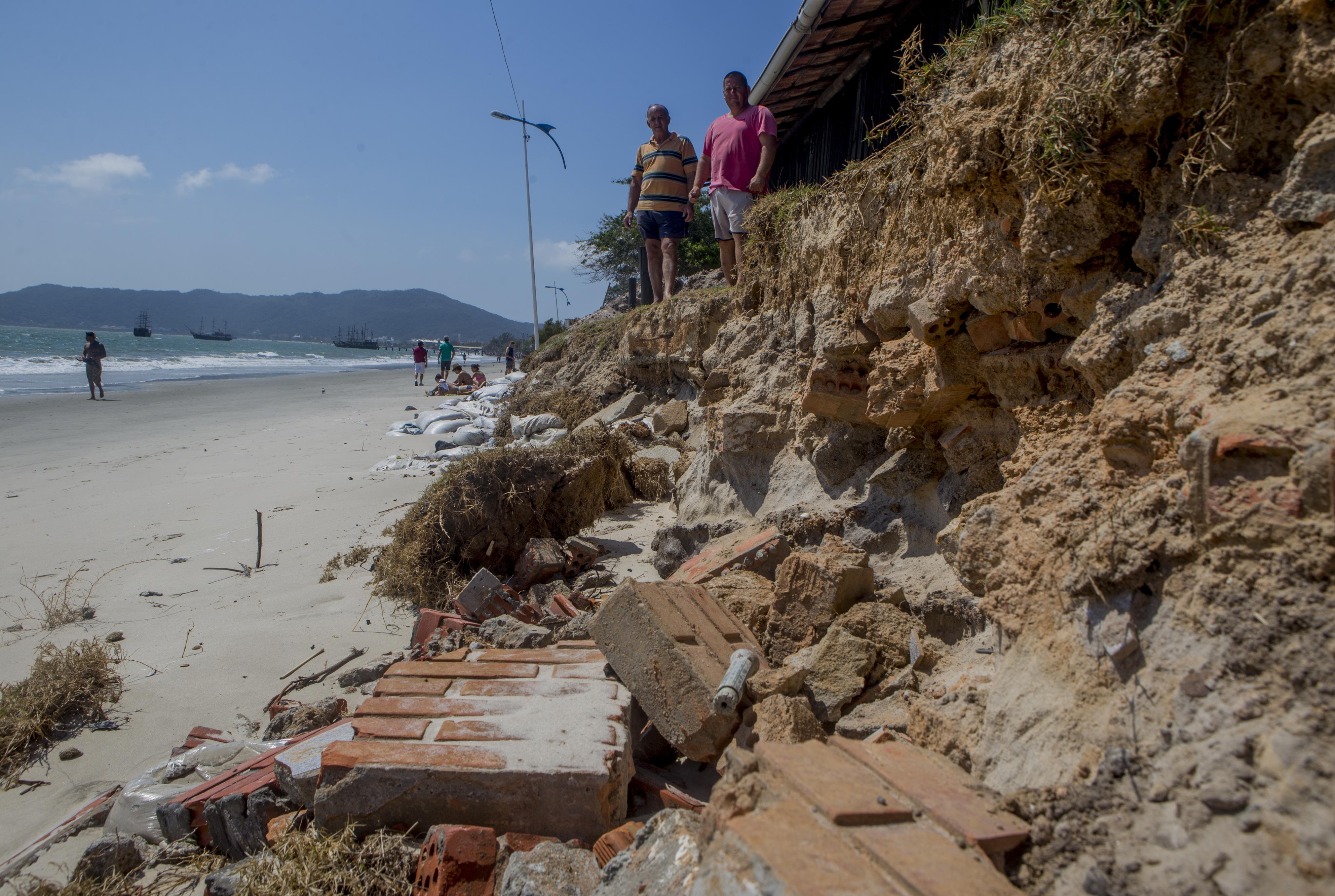 Pescador Paulo Vieira duvida que a praia poderá voltar ao que era antes - Flávio Tin/ND