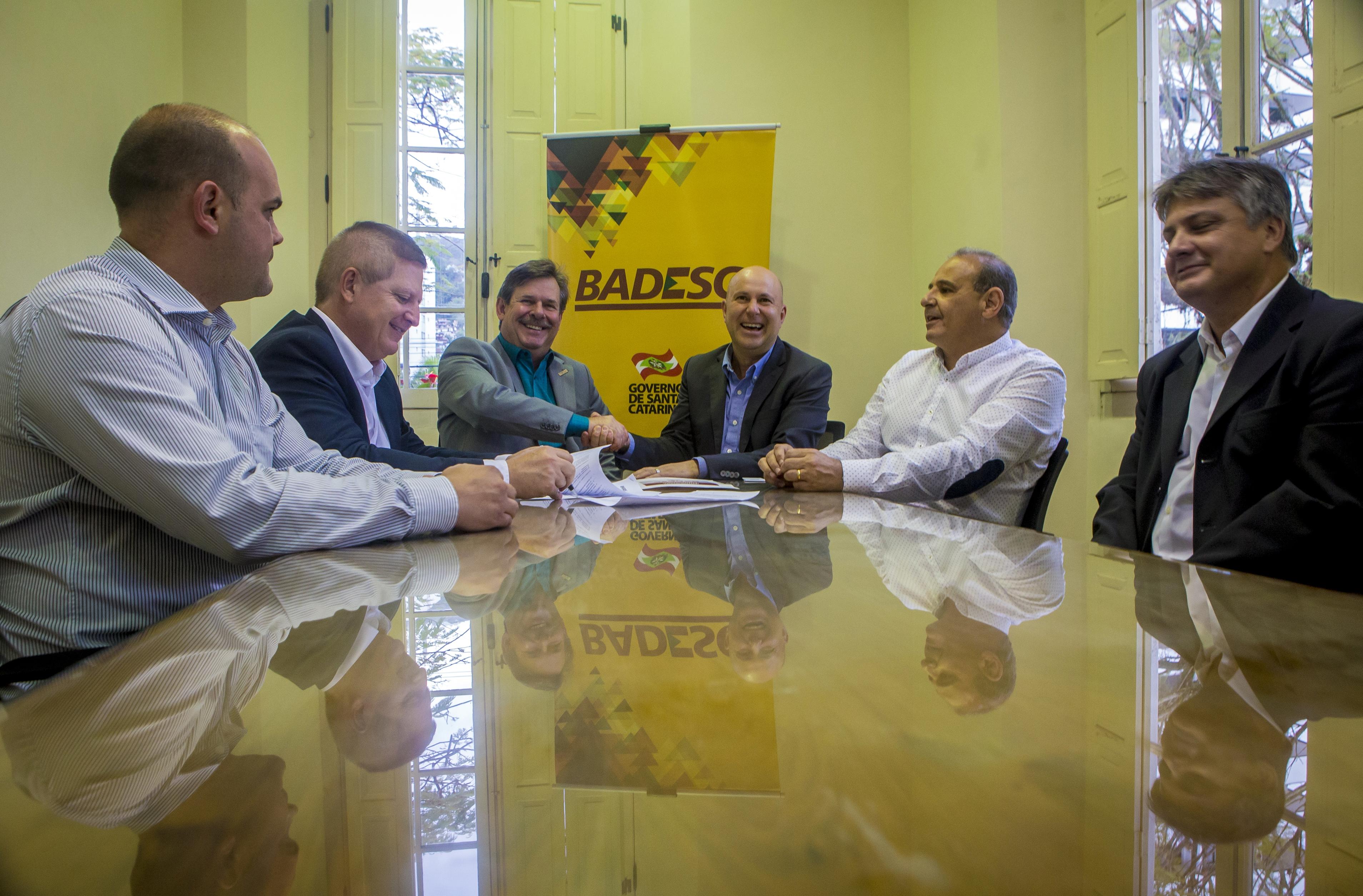 Presidente do Badesc, José Caramori e presidente da Acaert, Marcelo Corrêa Petrelli, participaram do evento de lançamento da linha de crédito - Flávio Tin/ND