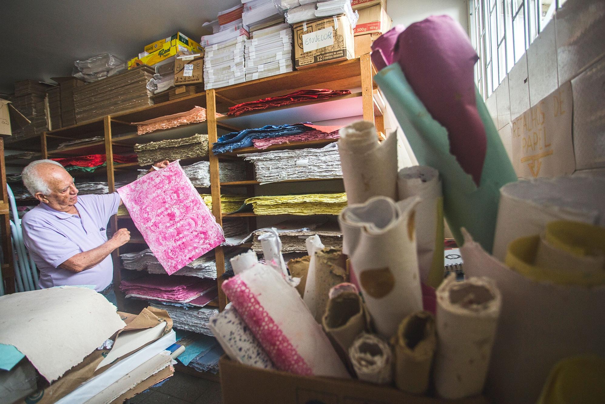 Presidente da Coepad, Aldo Brito com as criações da oficina de papel reciclado, que chega a produzir 200 cadernos por dia - Daniel Queiroz/ND