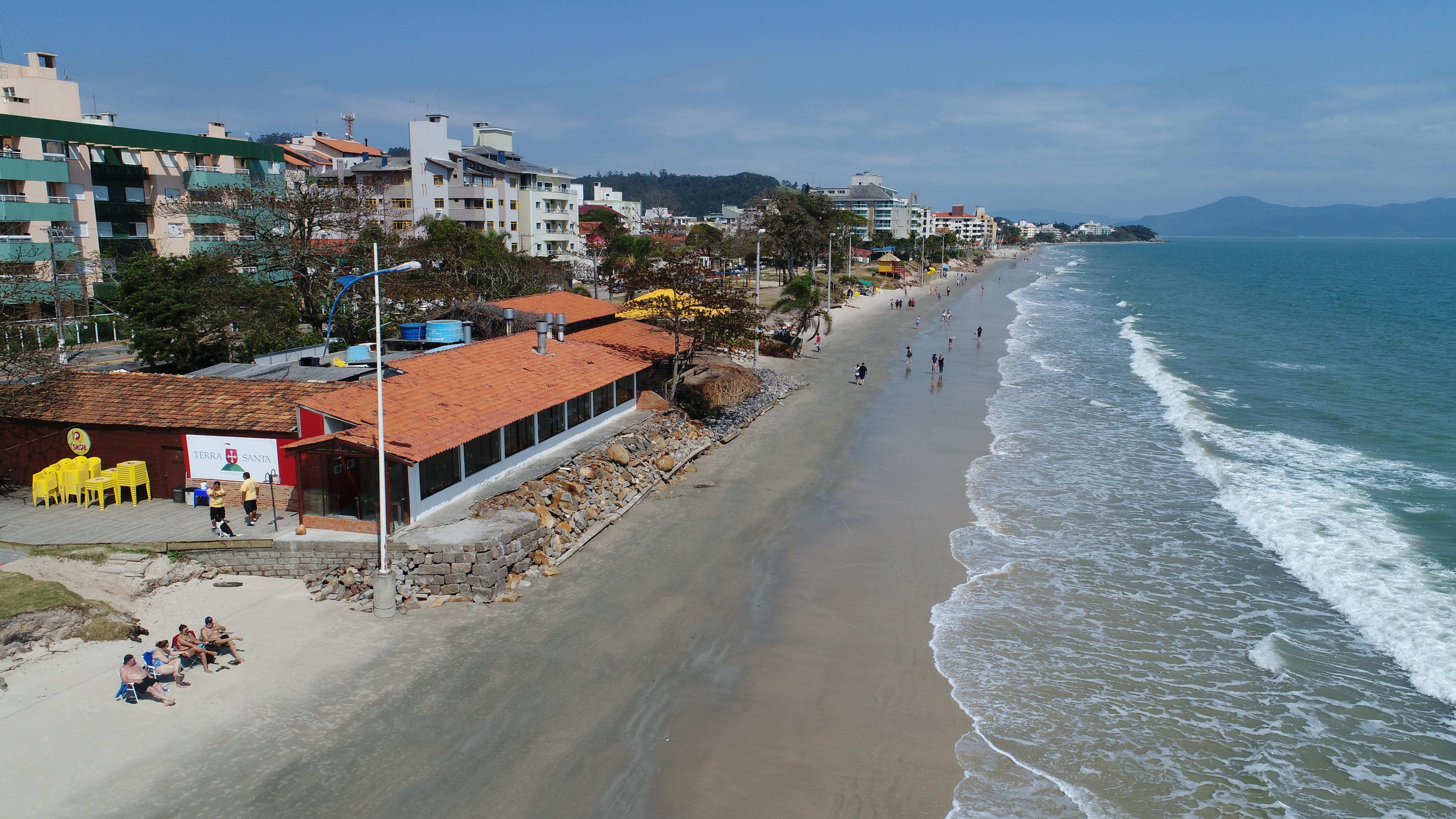 Atualmente Canasvieiras tem entre 5 e 15 metros de faixa de areia - Carlos Bortolotti/Especial/ND