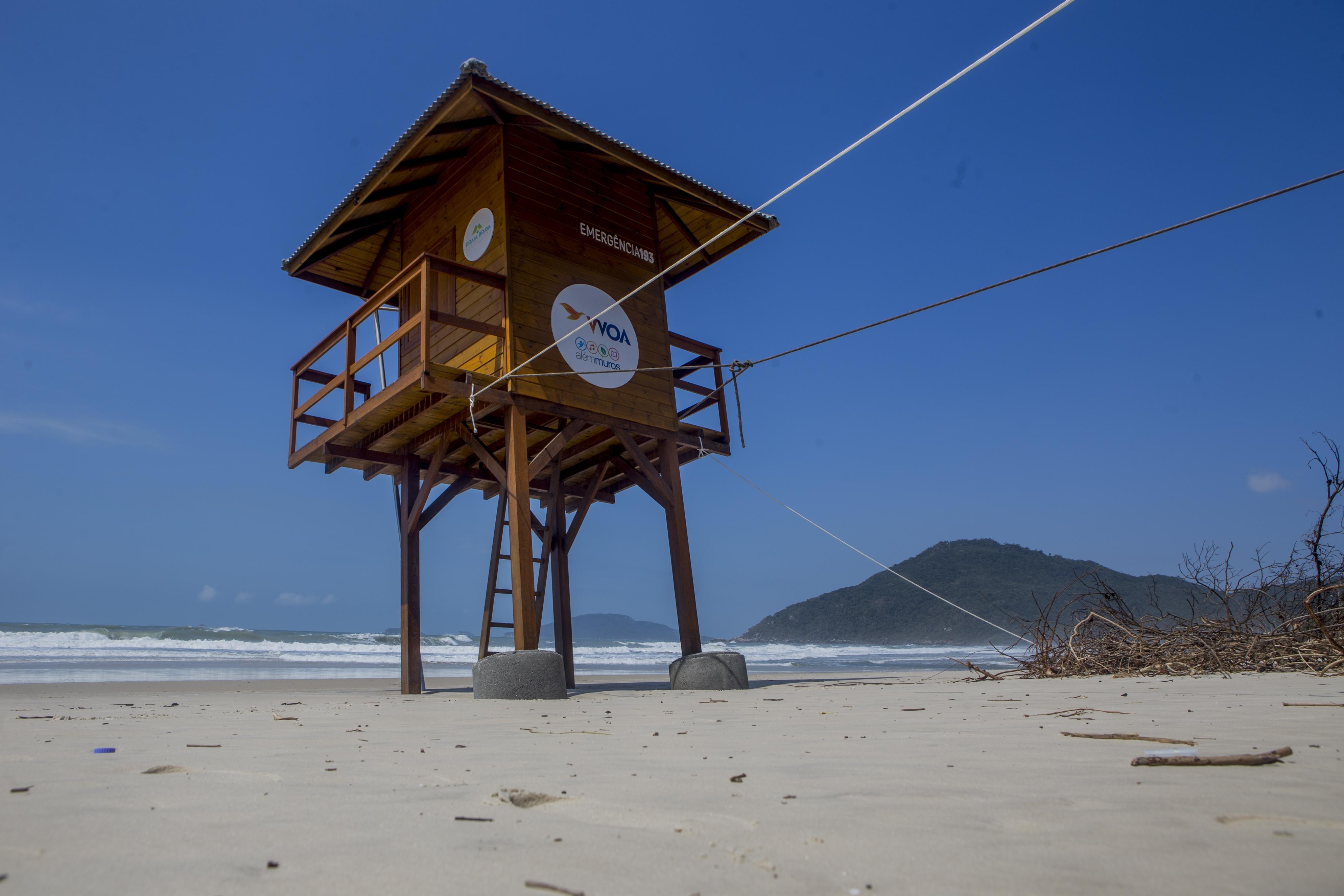 Um posto de salva-vidas foi amarrado para não desabar - Flávio Tin/ND