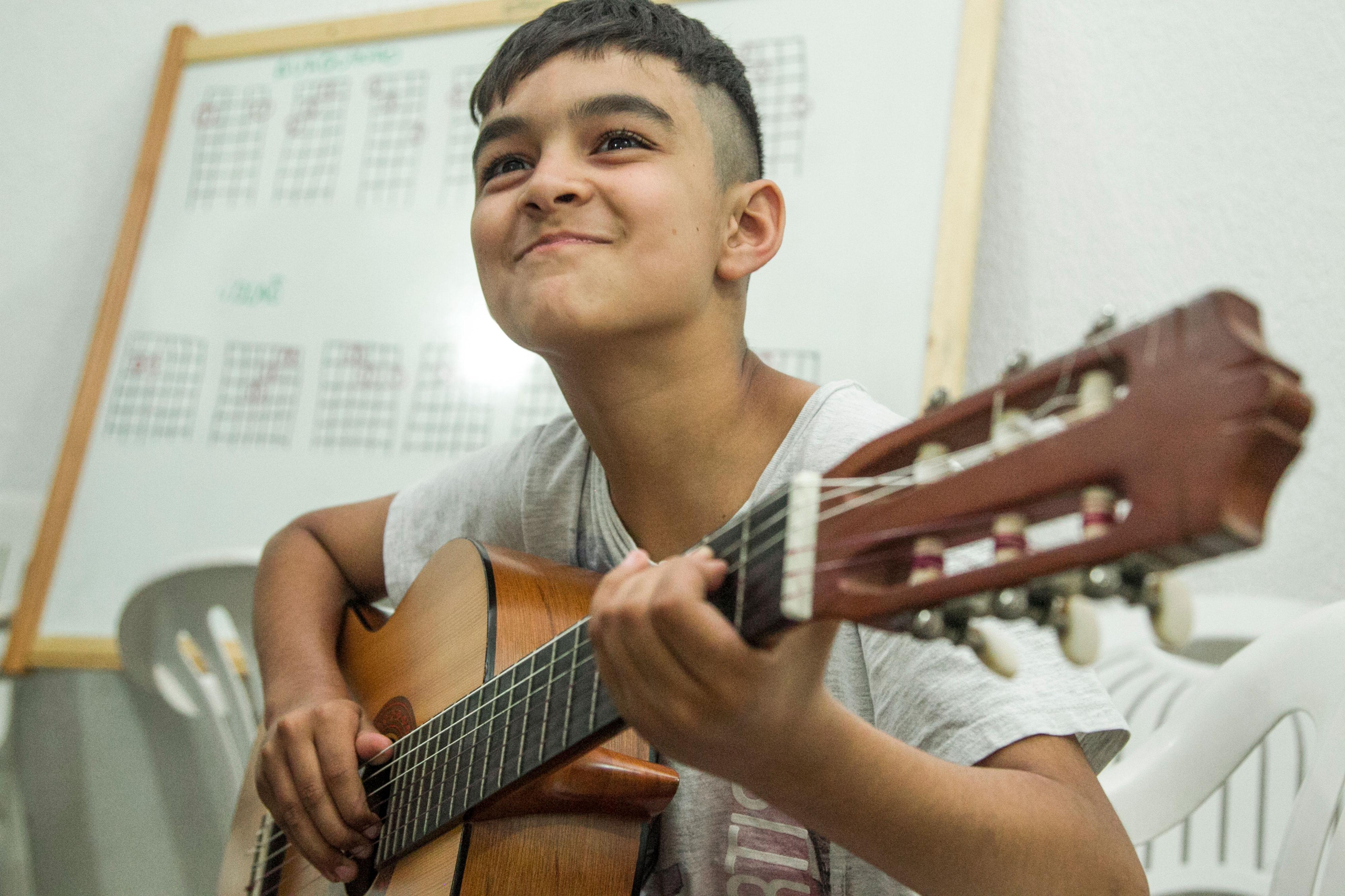 Pedro Henrique dos Santos da Cunha aprendeu a tocar os cinco acordes do violão na oficina - Marco Santiago/ND