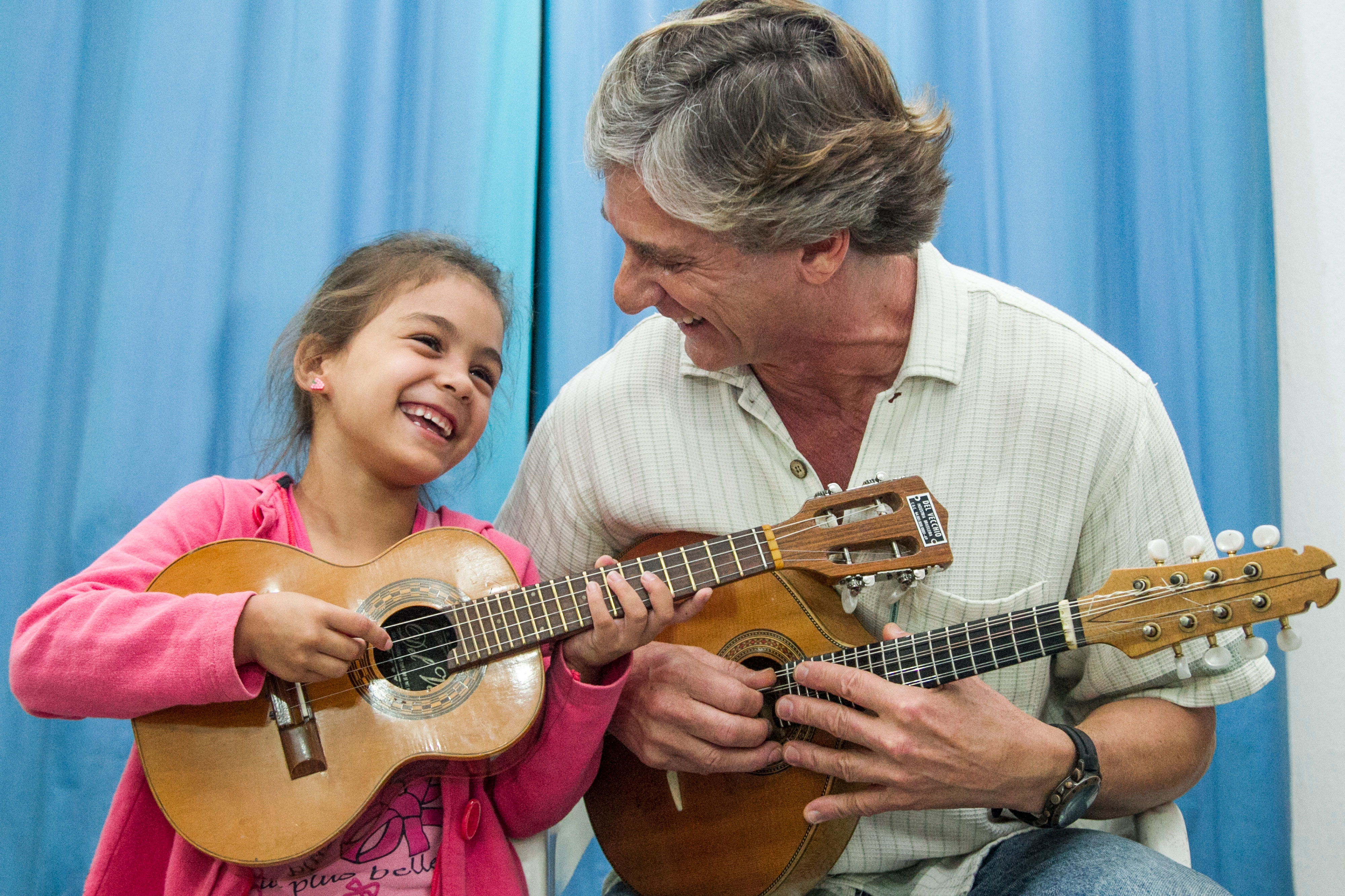 Ao lado do professor Geraldo Vargas, a pequena Tiffany Fernanda de Castro Nascimento aprendeu a gostar do cavaquinho - Marco Santiago/ND