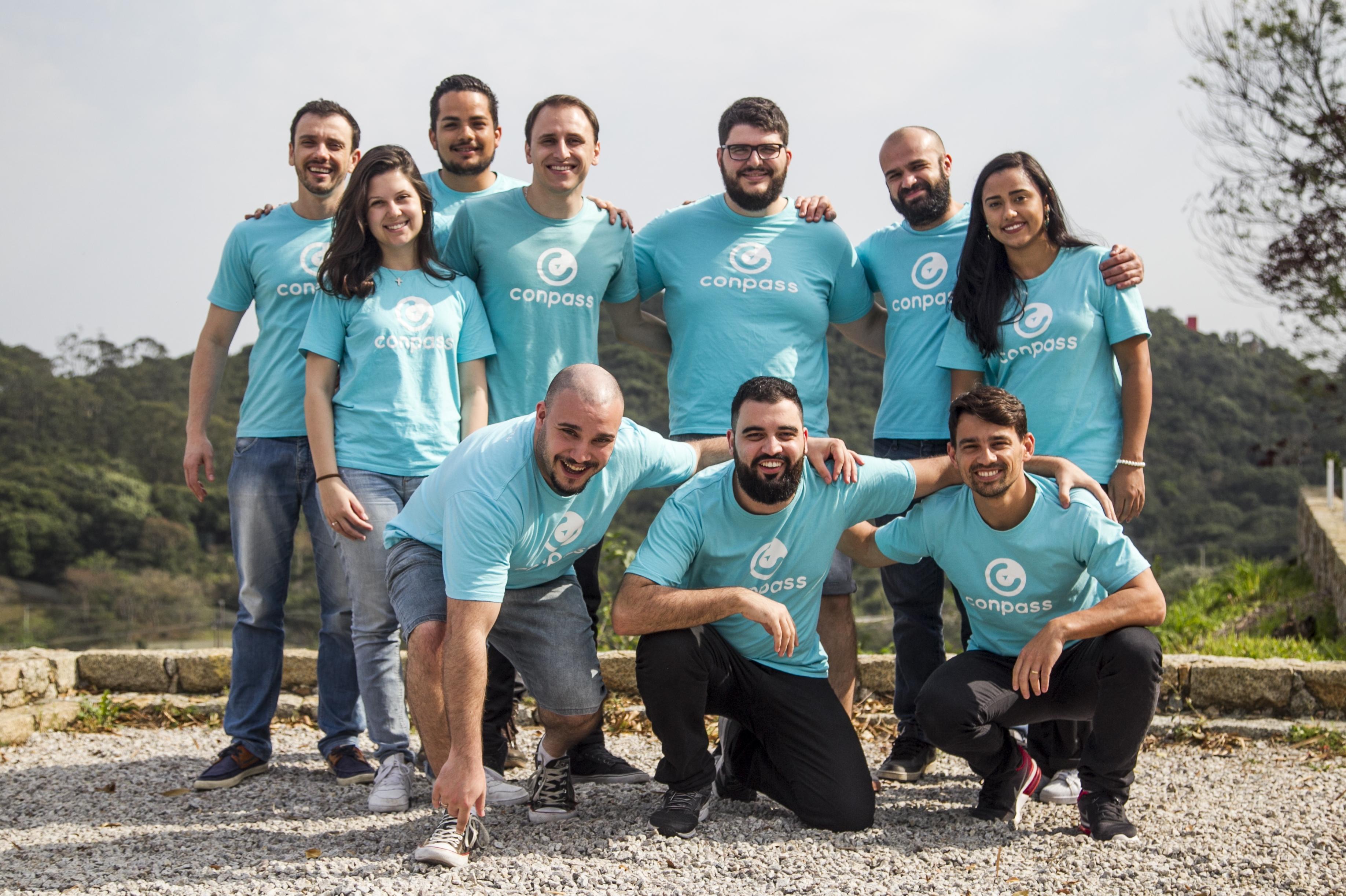 Biava (4º da esq. para a dir., em pé) e equipe da empresa de tecnologia - Marco Santiago/ND