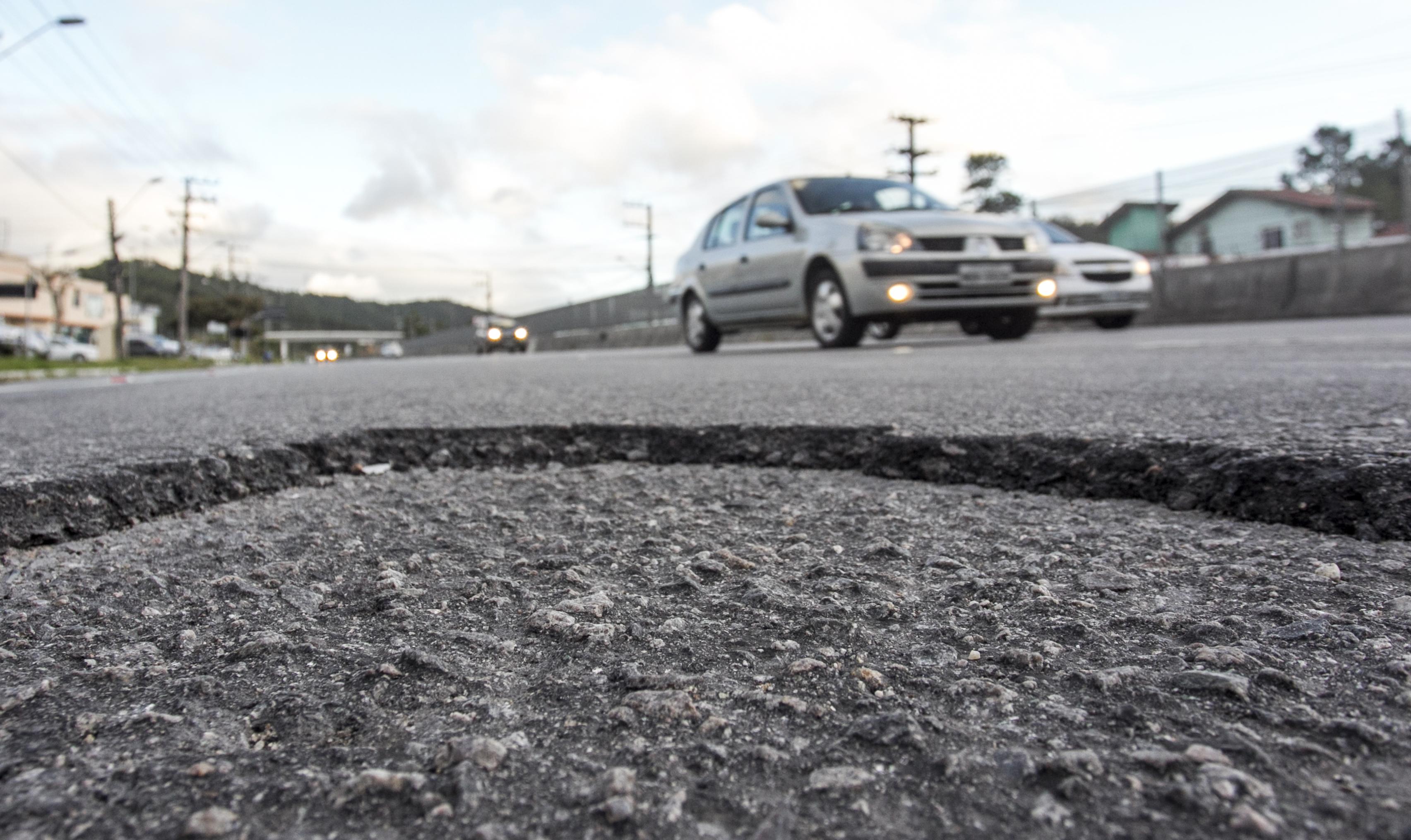 Há trechos com asfalto desgastado - Marco Santiago/ND