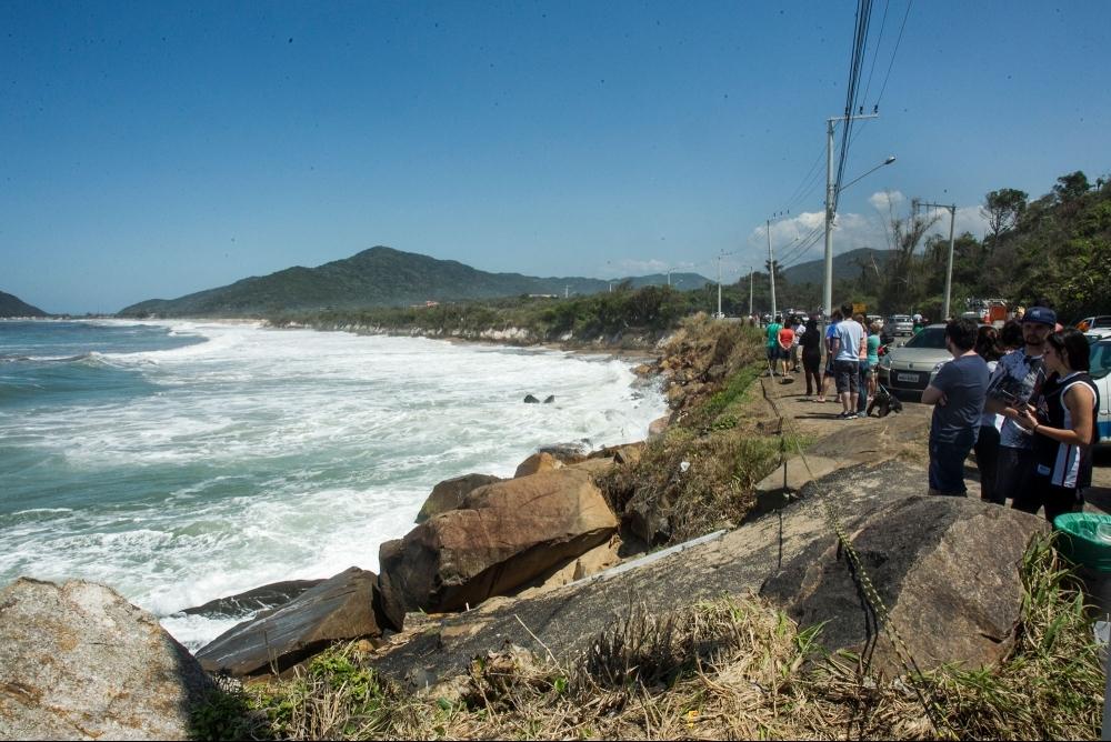 Com o avanço da maré, postes do Morro das Pedras passaram a apresentar riscos - Marco Santiago/ND
