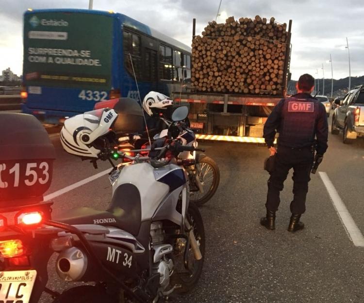 Caminhão quebrou na entrada da Ilha de Santa Catarina por volta das 6h - Guarda Municipal/Divulgação/ND