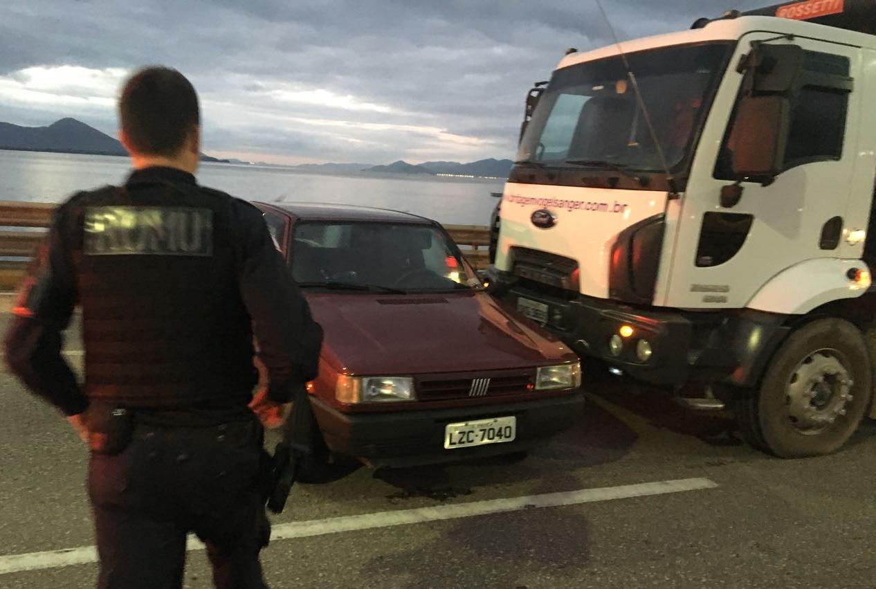 Outro caminhão colidiu com carro ao tentar desviar de veículo quebrado - Guarda Municipal/Divulgação/ND