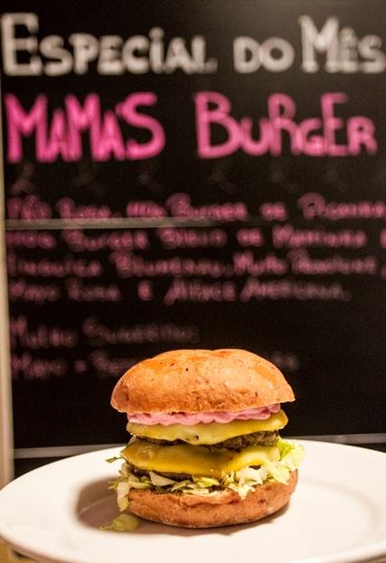 O Mama's Burger é um hambúrguer com o pão e maionese rosa - Marco Santiago/ND