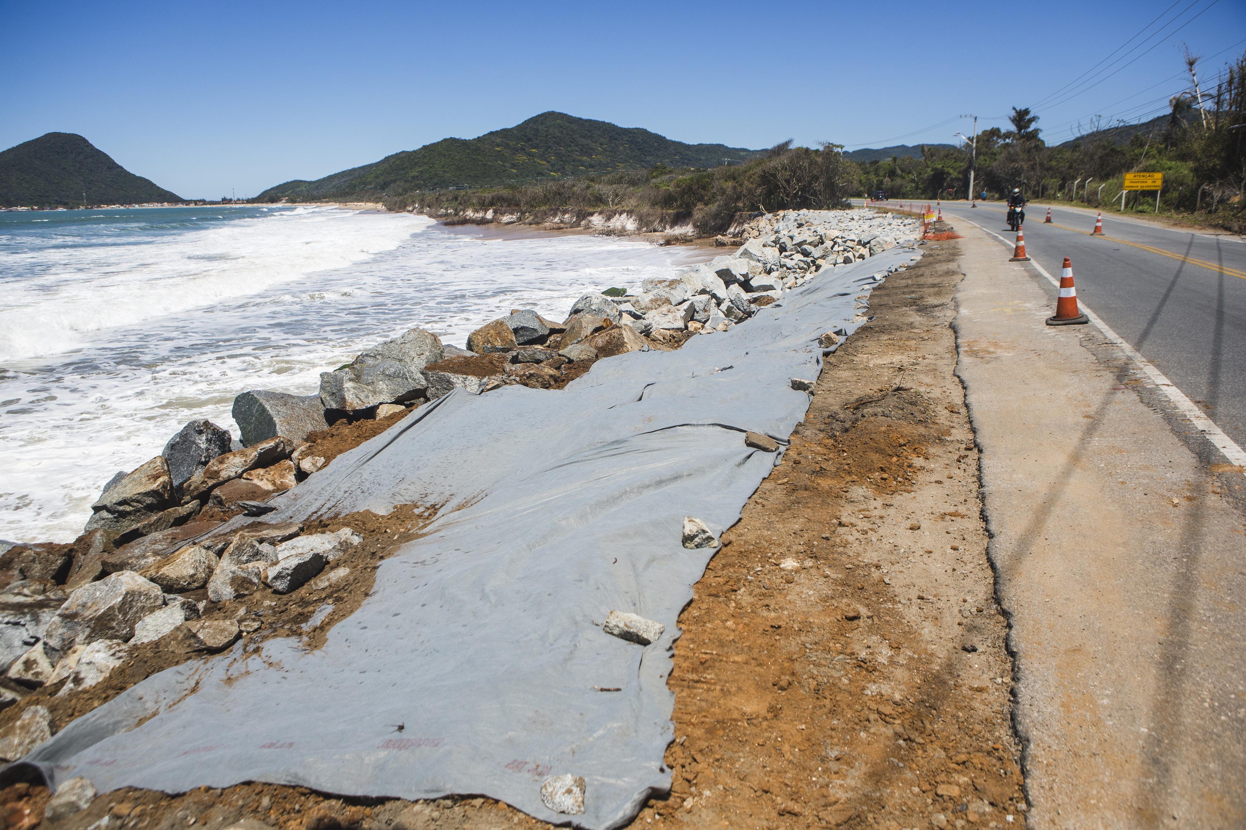 Com a construção do enrocamento, o mar avança sobre a restinga - Daniel Queiroz/ND
