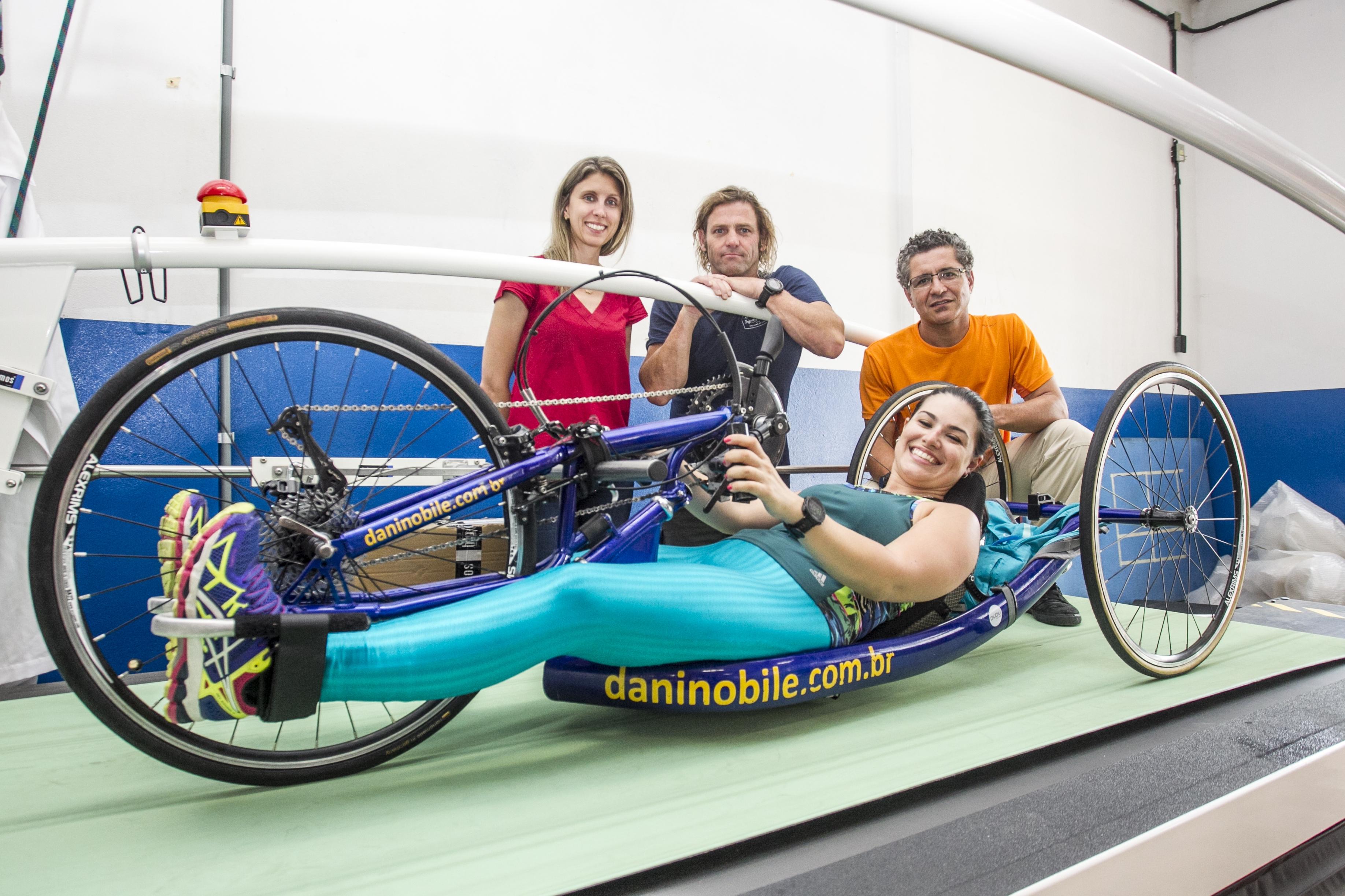 Danielle (na esteira), bicampeã brasileira de paratriatlo, e os professores Gabriela Fischer, Gary Brickley e Ricardo Dantas (à dir.) - Marco Santiago/ND