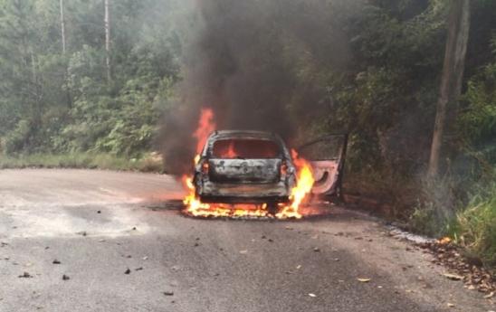 Corpo de Bombeiros foi acionado para apagar um incêndio em um veículo na SC-401, próximo ao shopping - Arquivo pessoal