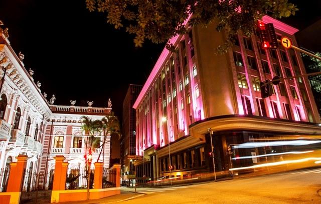 Sede da prefeitura foi iluminada de rosa em apoio ao movimento  - Marco Santiago/ND