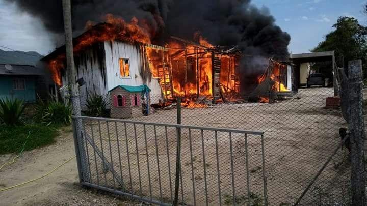 A casa de madeira foi tomada pelo fogo na manhã desta sexta-feira, em Santo Amaro de Imperatriz - Corpo de Bombeiros/Divulgação/ND