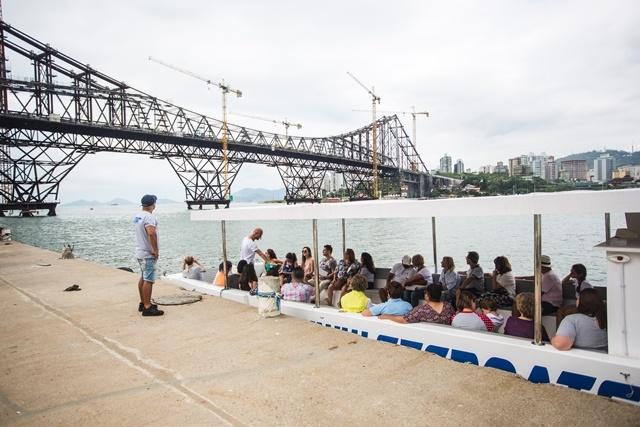 Grupo teve a oportunidade de experimentara a travessia da cidade a bordo de um catamarã - Daniel Queiroz/ND