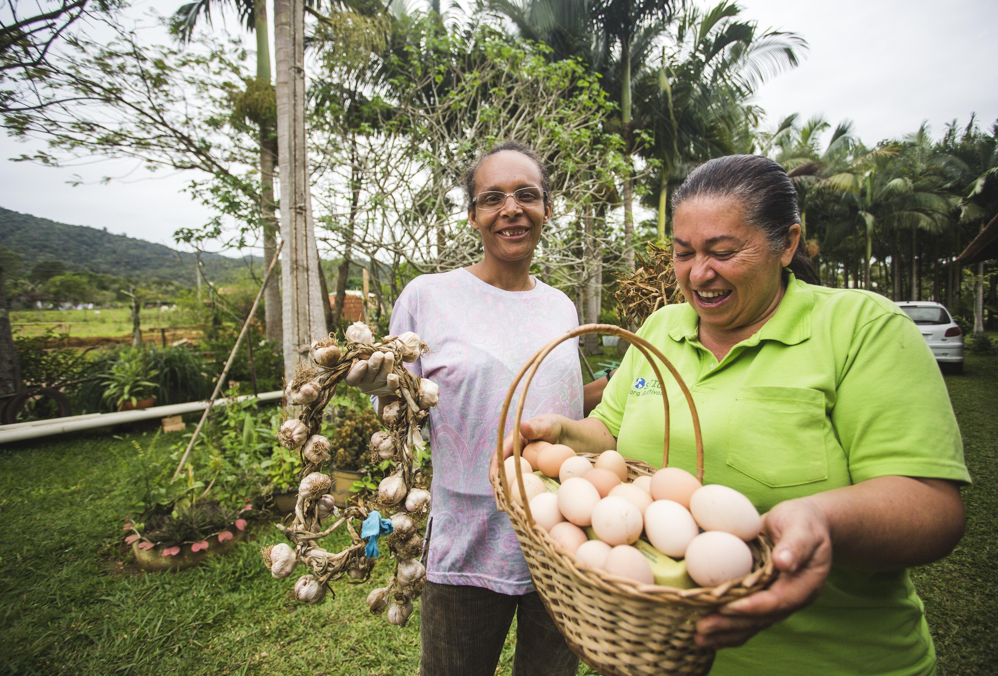 Noeli Pinheiro e a parceira Delsa Caetano da Costa trocam produtos orgânicos entre si - Daniel Queiroz/ND