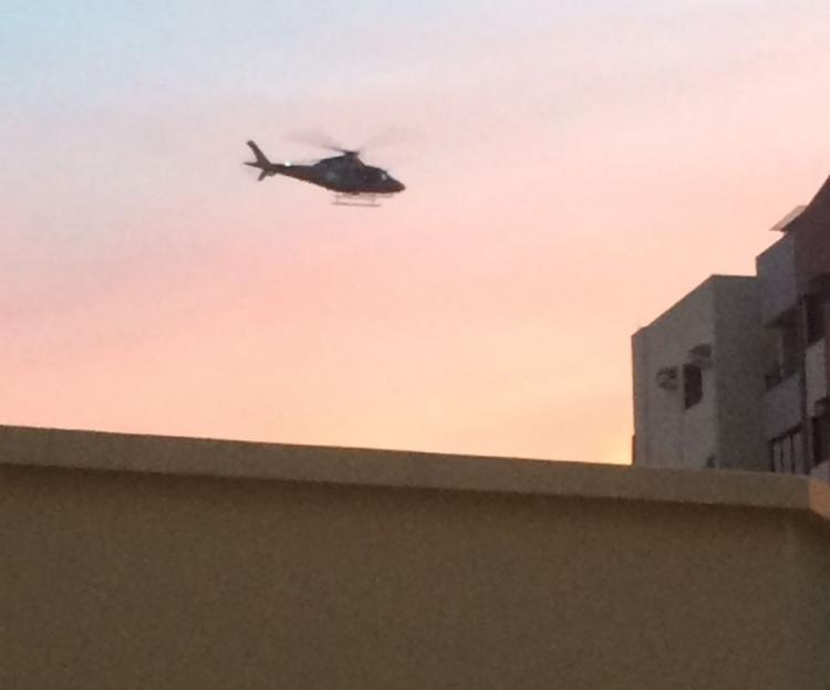 Helicóptero da polícia sobrevoa a região do Itacorubi em busca dos criminosos - Viviane Genova/ ND