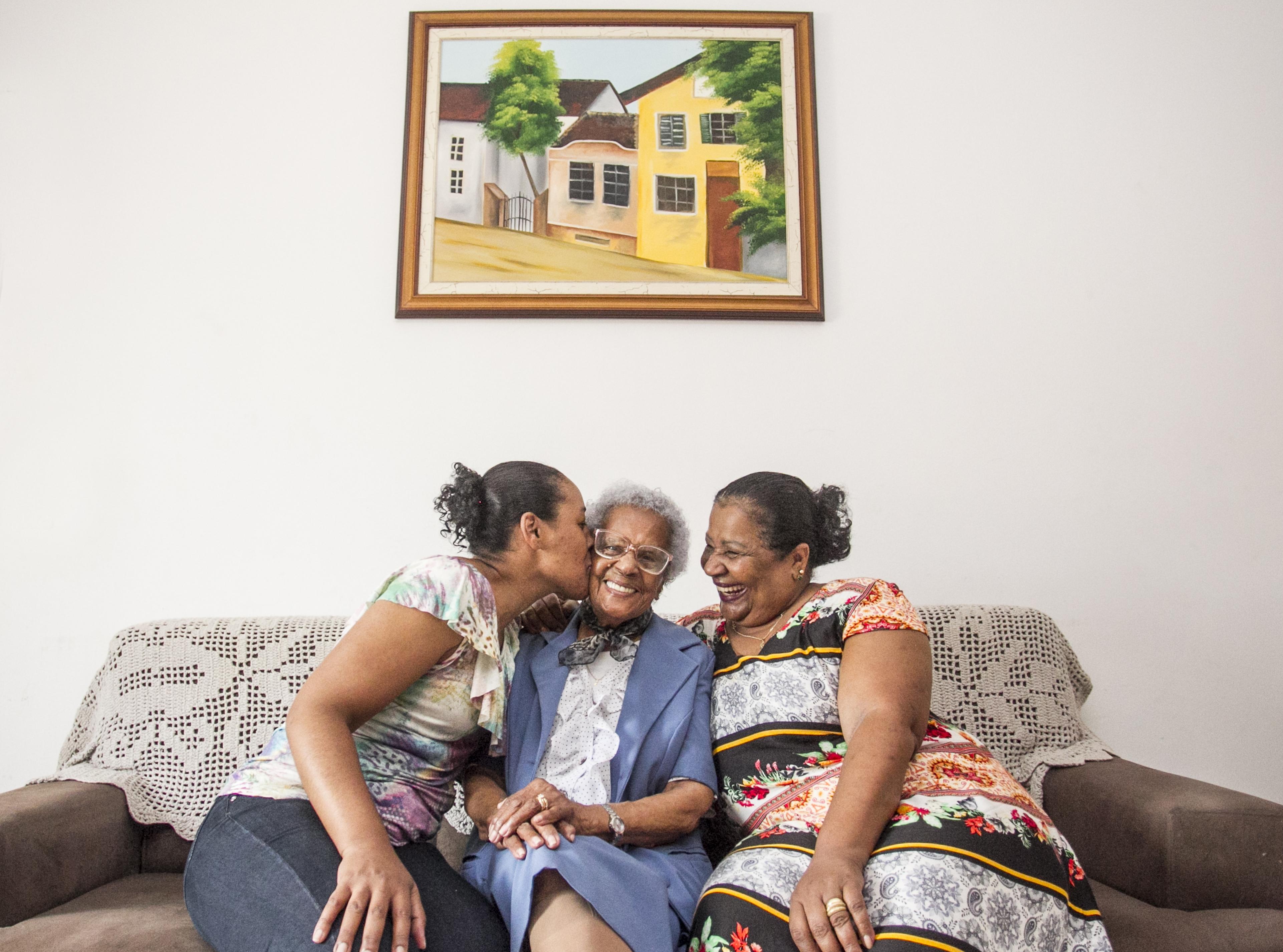 Luci, com a neta Deise (à esq.) e a filha Rose, ganhará uma grande festa neste sábado para comemorar o centenário - Marco Santiago/ND