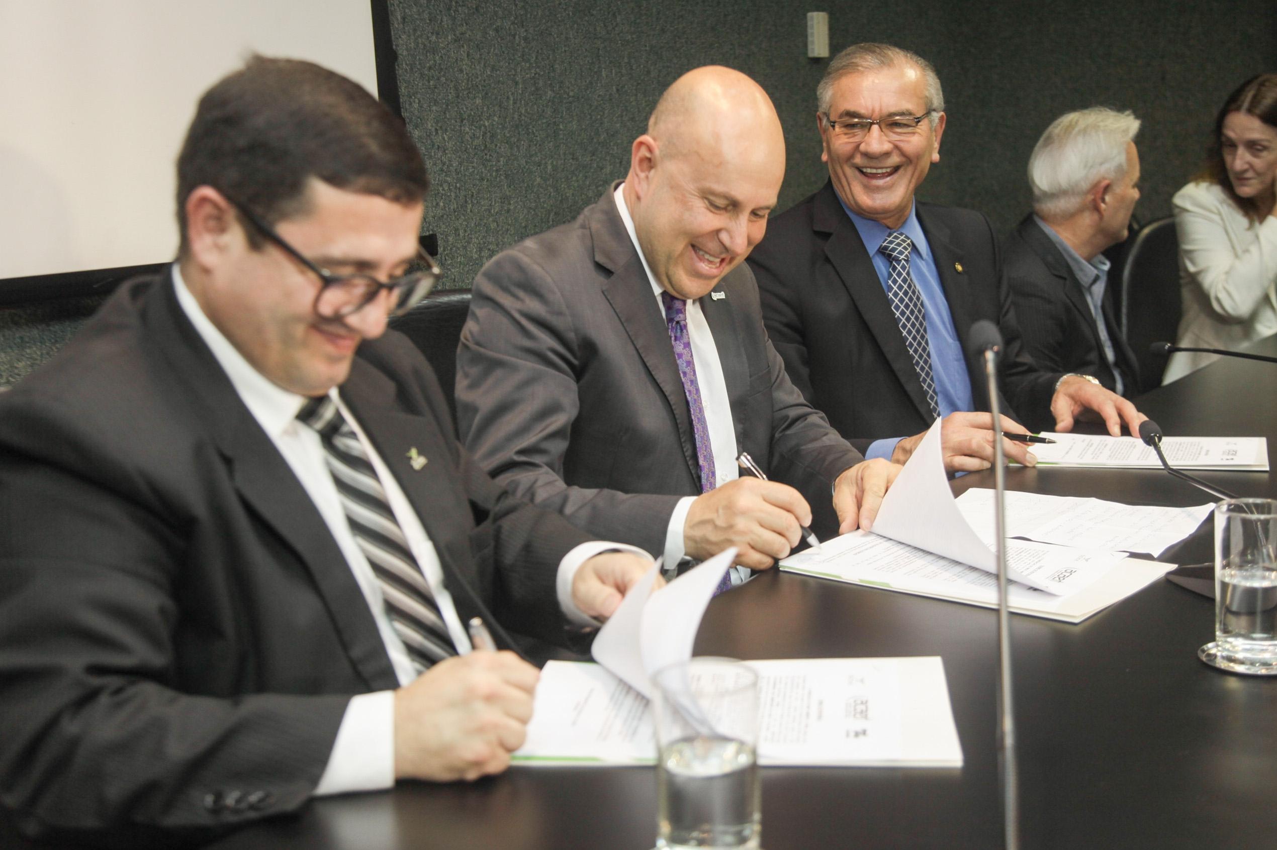 Assinatura do acordo aconteceu nesta terça-feira, na Assembleia Legislativa - Karina Ferreira / Agência AL/Divulgação/ND