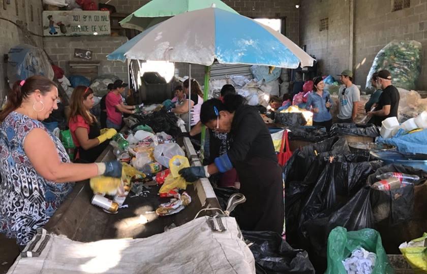 Mesmo sem parte do telhado, equipes continuam recolhendo e reciclando materiais todos os dias - Divulgação