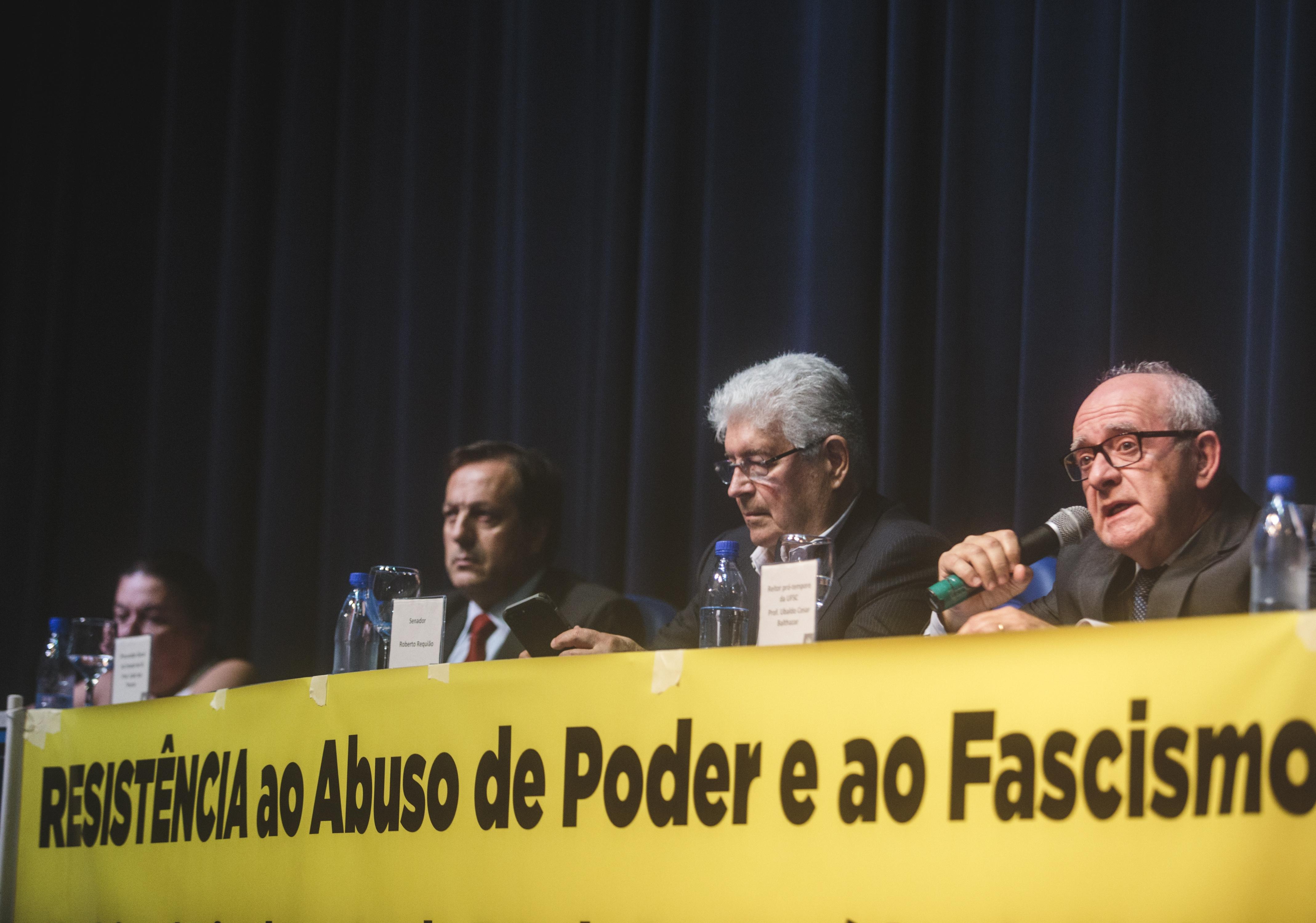 Reitor pro tempore Ubaldo Balthazar participou do evento que contou com a presença do senador Roberto Requião - Flávio Tin/ ND