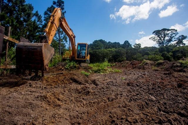 Limpeza do terreno, que não é mata nativa. Parque será construído construído em parceria entre a comunidade, iniciativa privada e poder público - Flávio Tin/ND