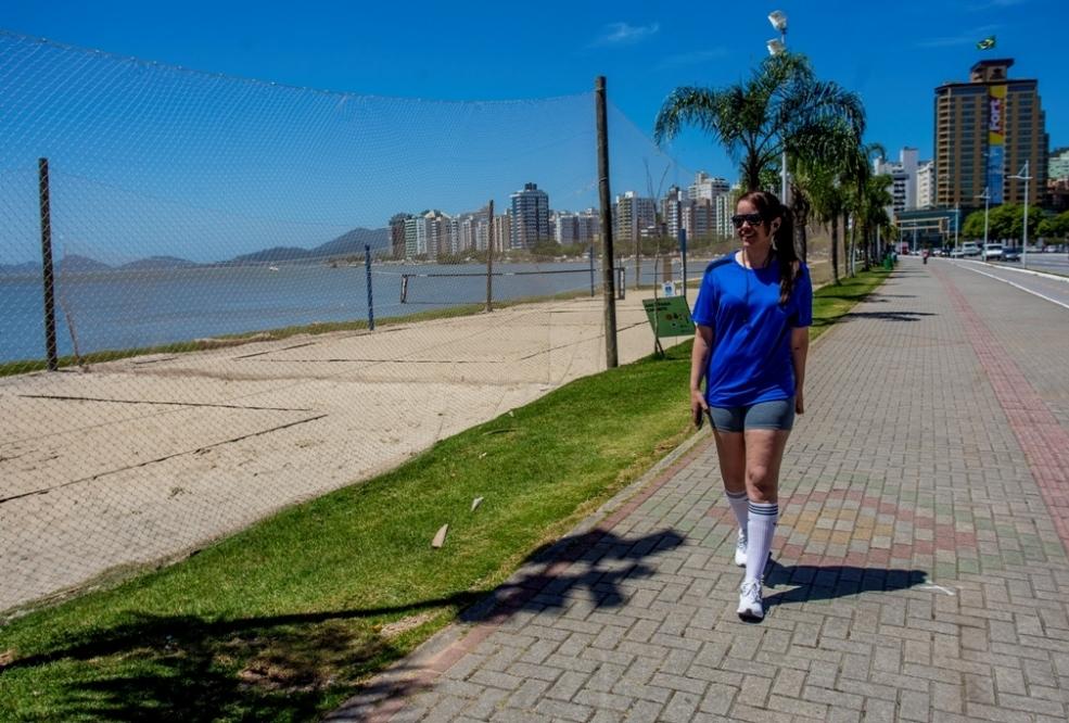 Rafaela Crippa, que caminha pela Beira-Mar Norte, sente-se mais segura após construção das quadras - Flávio Tin/ND