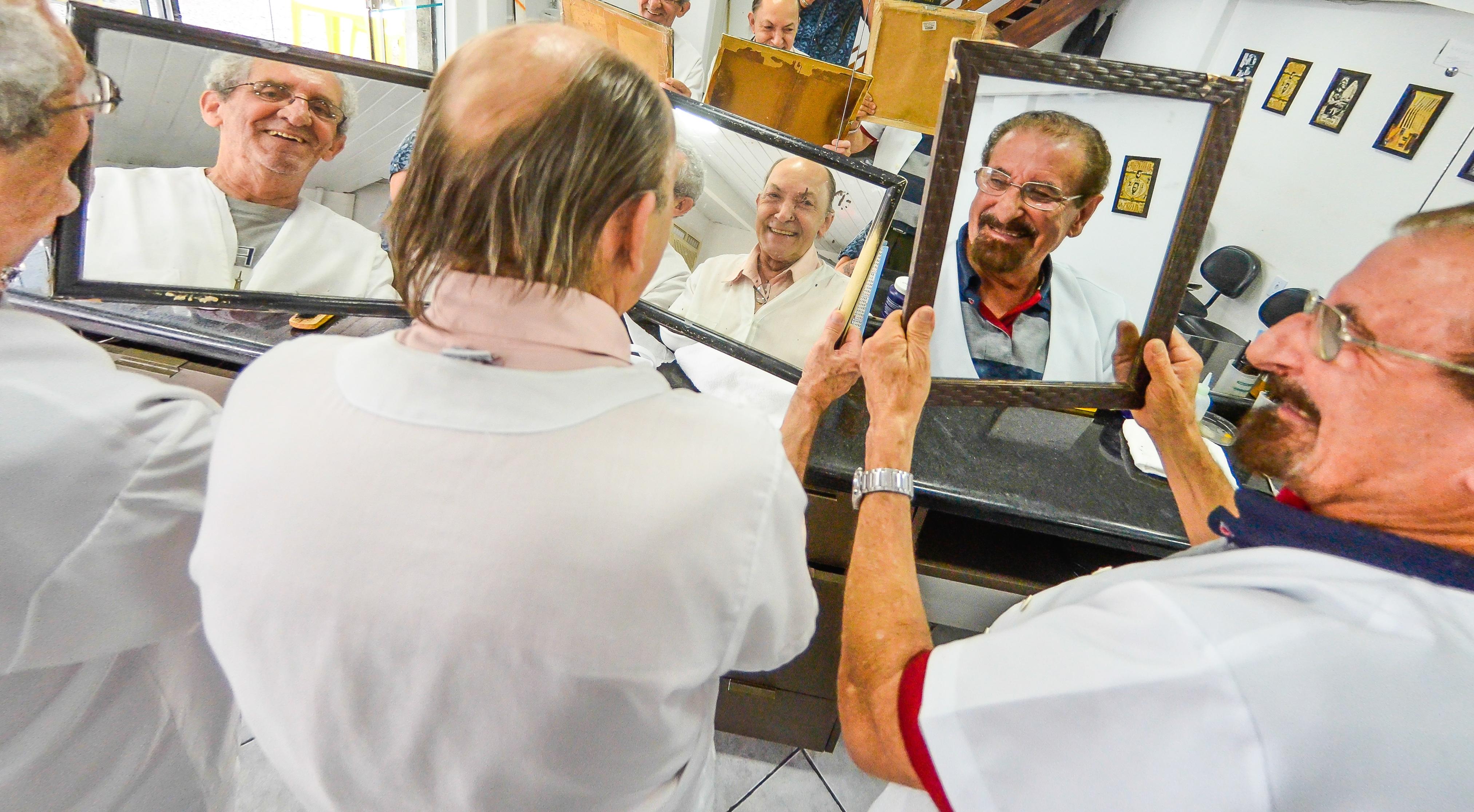 Barbeiros Saulo Costa, José Ivo Coelho e Venicio Martinho mantém os clientes fieis - Joyce Reinert/ND