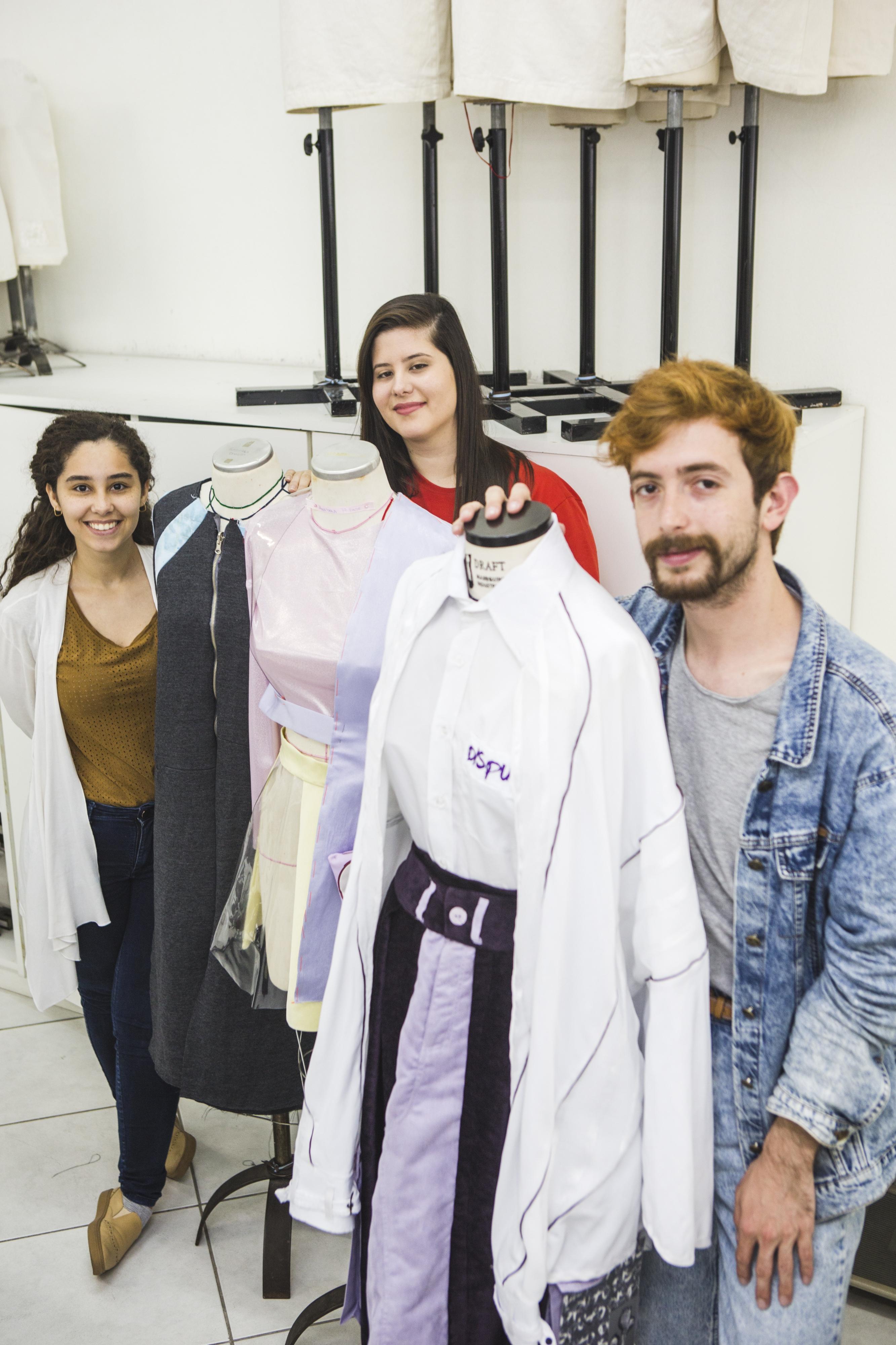 Formandos Maria Eduarda (à esq.), Anayara e Matheus com suas criações - Daniel Queiroz/ND