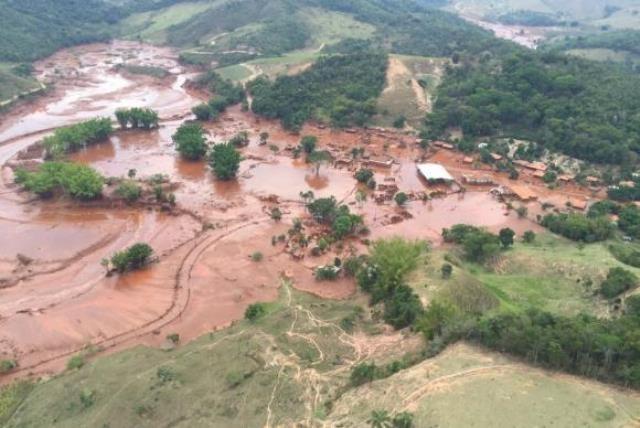Barragem da mineradora Samarco se rompeu no distrito de Bento Rodrigues, zona rural de Mariana - Divulgação/Corpo de Bombeiros de Minas Gerais