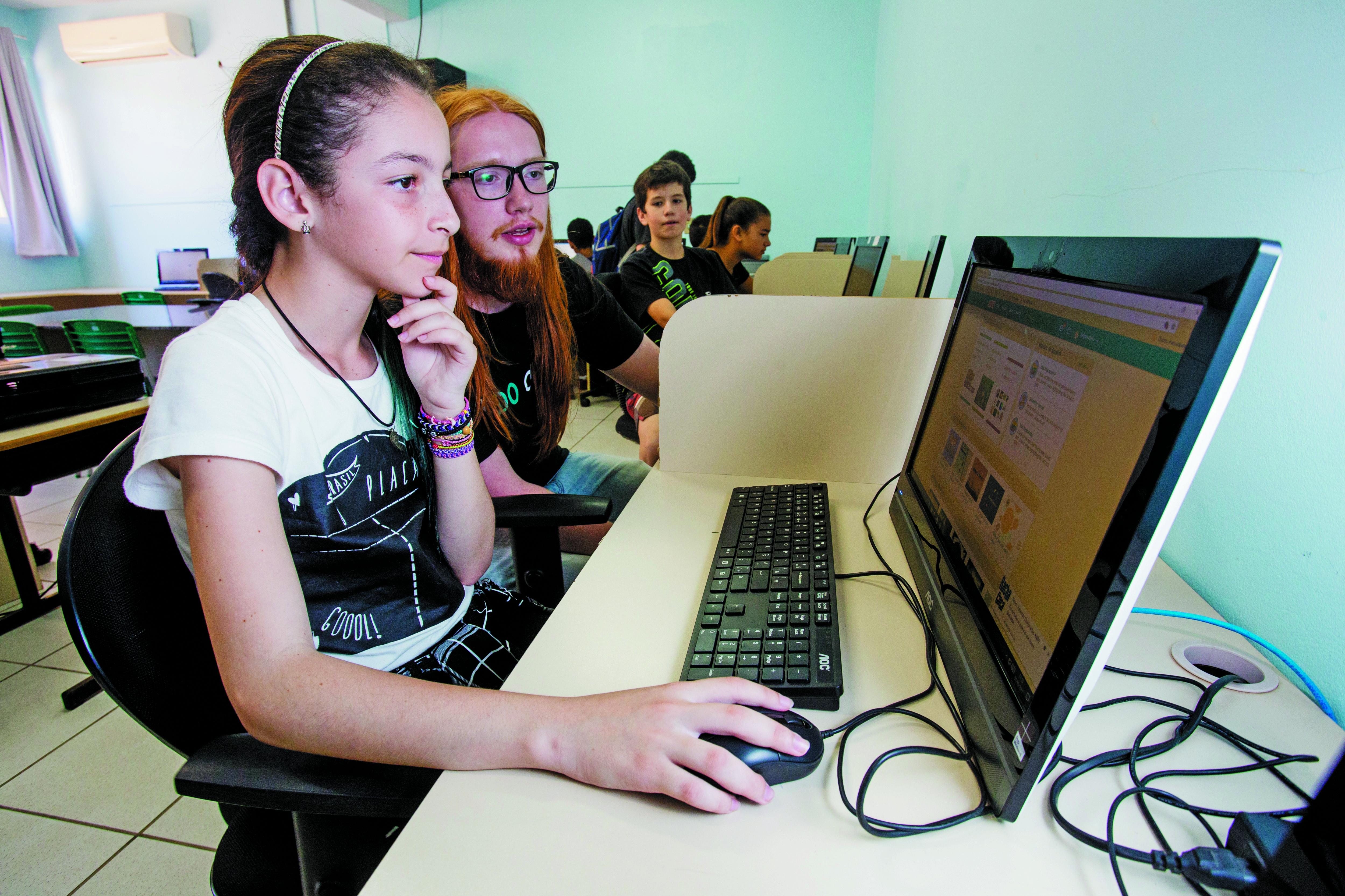 Isabella Oliveira, aluna do 7º anos que não perde nenhuma aula, gosta de fazer animações no computador - Flávio Tin/ND