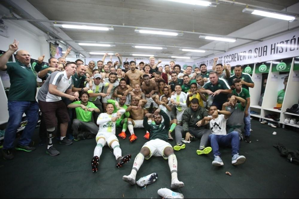 Atletas e comissão técnica comemoram permanência na Série A após jogo contra o Vitória - Sirli Freitas/Divulgação/ND