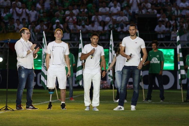 Henzel, Follman, Ruschel e Neto em homenagem na Arena Condá - Sirli Freitas/Divulgação/ND